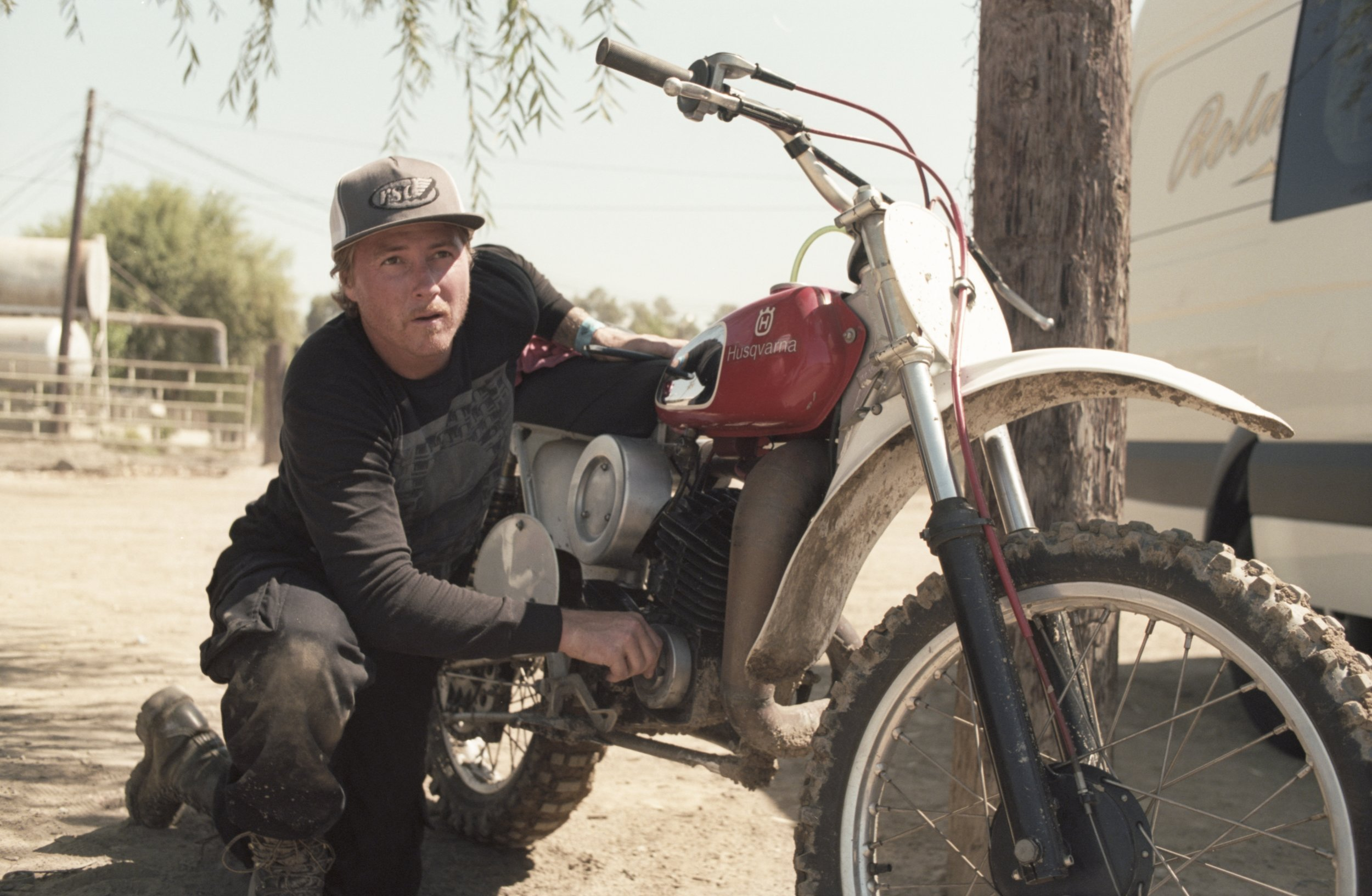 7 - Roland Sands fixing the Husky_resultat.jpg