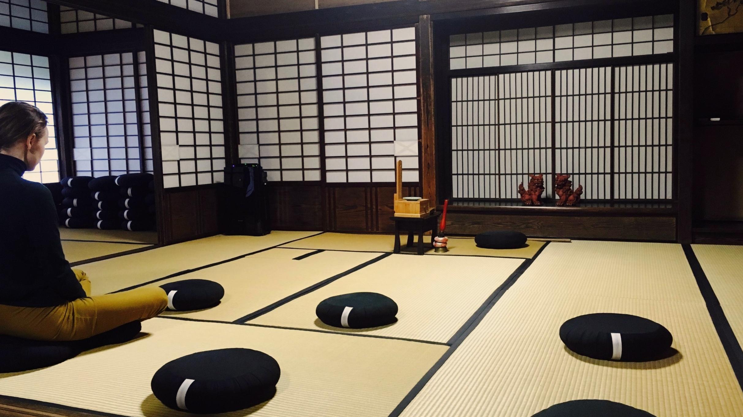 Meditaatiota temppelissä.