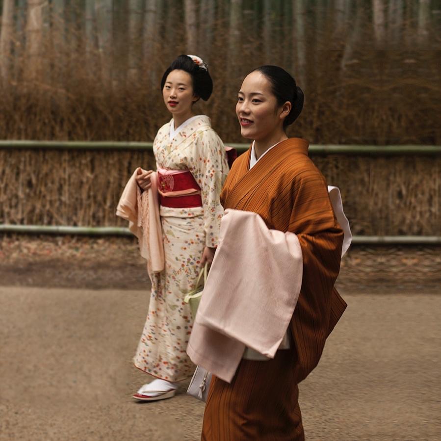 Kävelyllä bambumetsässä.