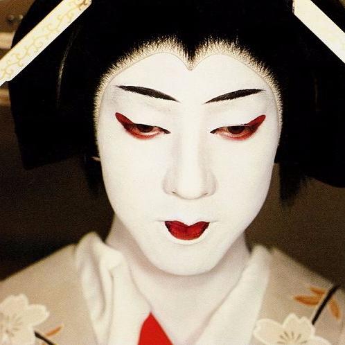 Geishaa esittävä kabukinäyttelijä.