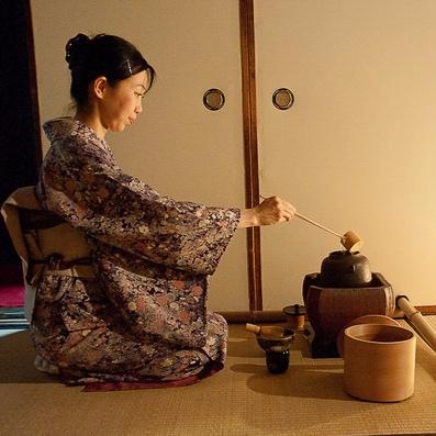 Kiotolainen teemestari työssään