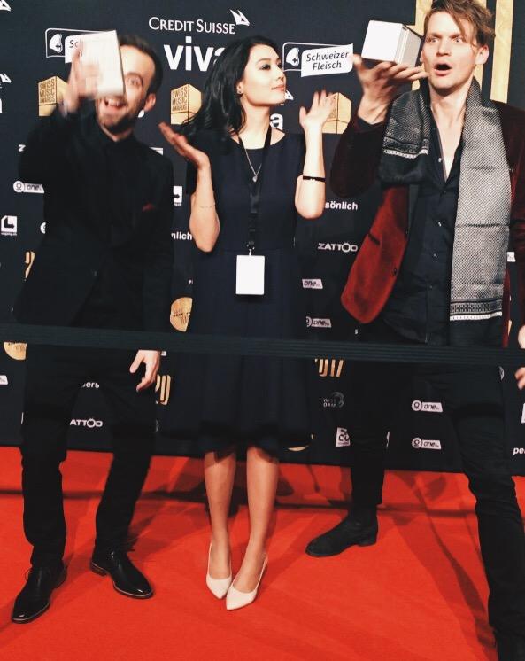 Dabu Fantastic gewann den Award für den Besten Hit im Tele-Voting. Der Boomerang-Clip findest du auf meinem Instagram-Account @missvoyage.  Kleid & Schuhe von PKZ.