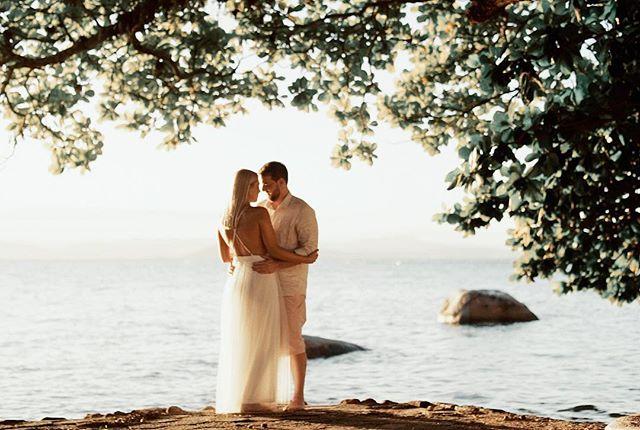 Mais um frame do pré-wedding incrível que gravamos ontem em Floripa! Em breve vamos publicar um teaser lindão com todas essas cenas em movimento kkkk! Ana & Beto 🙅🏻♂️❤️💕 #prewedding #love #floripa #showmotion