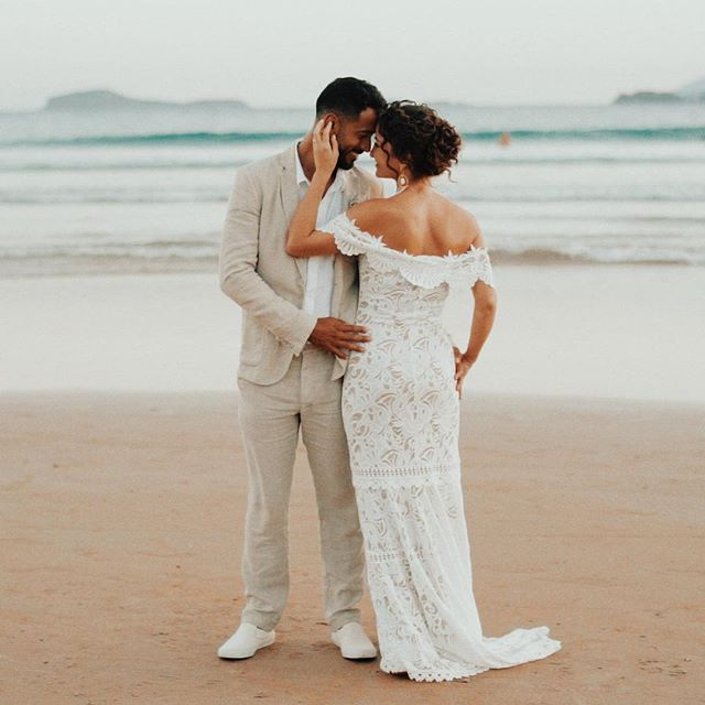 Eles são maravilhosos! 💕 Estamos honrados em fazer parte desse momento e pela oportunidade de registrar tudo isso. Brunna & Bruno 🌿❤️ #wedding #casamentonapraia #love #buzios #showmotion