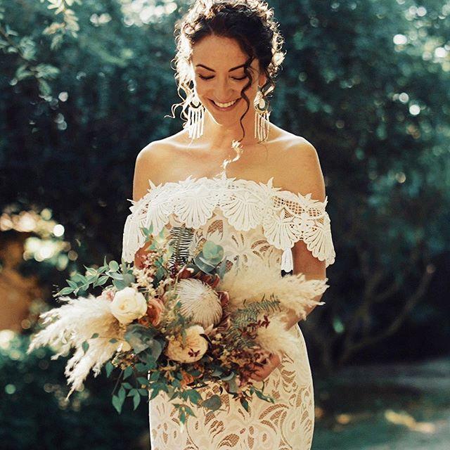 Pensa em uma noiva estilosa! Shot de ontem no making da @trulygypsy_ 💕👰🏻 Estamos ansiosos para mostrar todos os detalhes desse casório para vocês. Vestido by @grace_loves_lace #wedding #bride #whitedress #casamentoembuzios #buzios #showmotion #cactuswedding