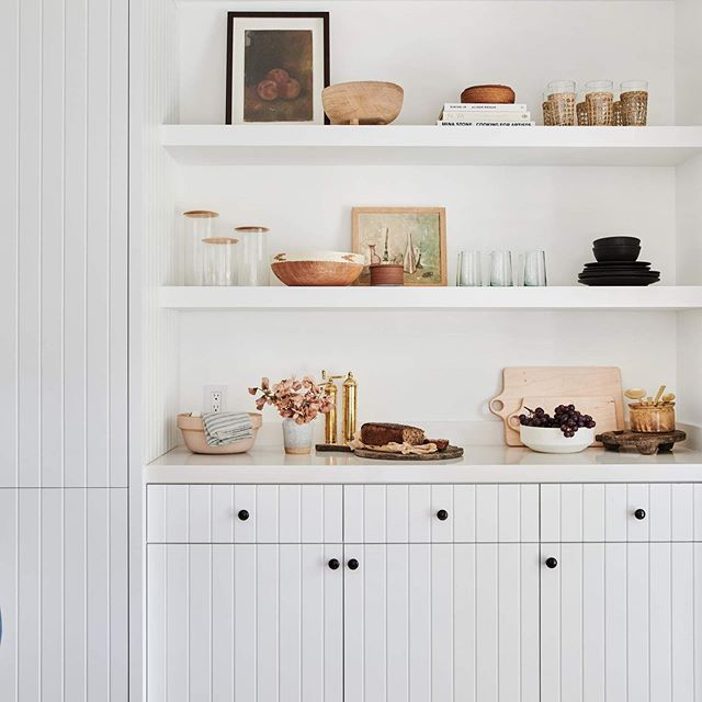 Inspiration for an upcoming photoshoot. We love a curated mix of new and vintage pieces ✨ - - - Photo @amberinteriors  #vintage #shelfstyling #slowliving #interiordesign