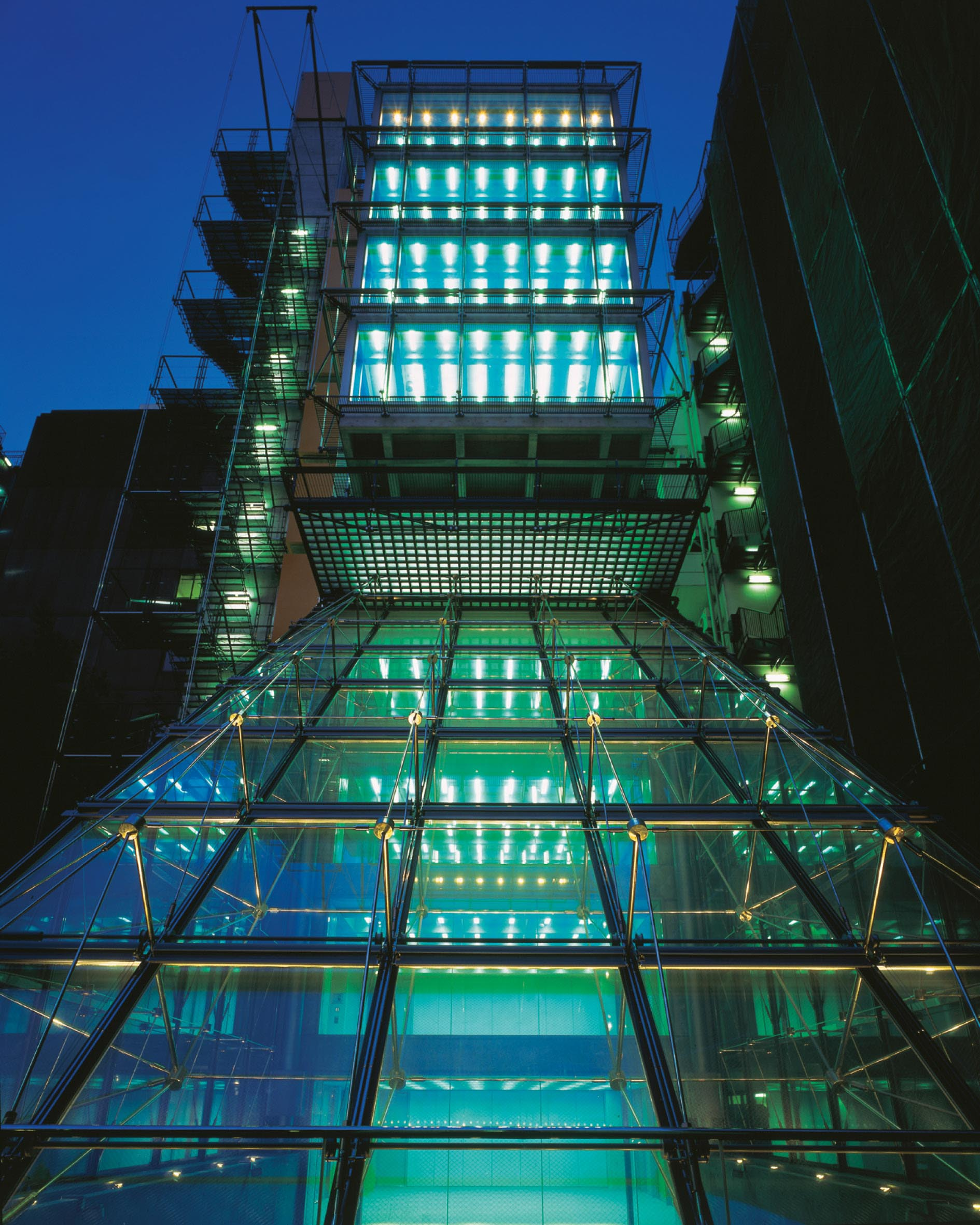 Located in the Shinjuku 新宿区 district of Tokyo Stuart Forbes worked on this project whilst at Rogers Stirk Harbour + Partners : address オアシス21ビル. The building won a RIBA International Award in 1993