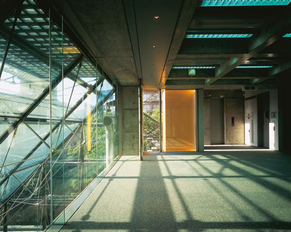 Shinjuku 新宿区 - This office maximises the natural light by creating a large atrium to bring light into all the lower office floors.