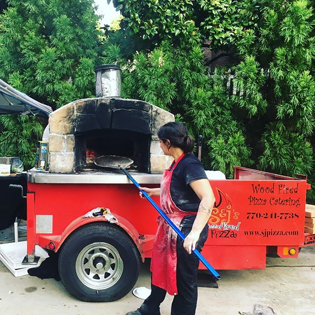 AMAZING, fresh, hand-tossed pizza from a real wood-burning pizza oven ON SITE?! We love working with out-of-the-box caterers! (Get it?) 🍕 🍕 🍕 @sjwoodfiredpizza  #weddingpizza #engagementpartypizza #southernwedding #pizzatruck #weddingcatering #uniquewedding #weddingfood #foodtruck #foodtruckwedding