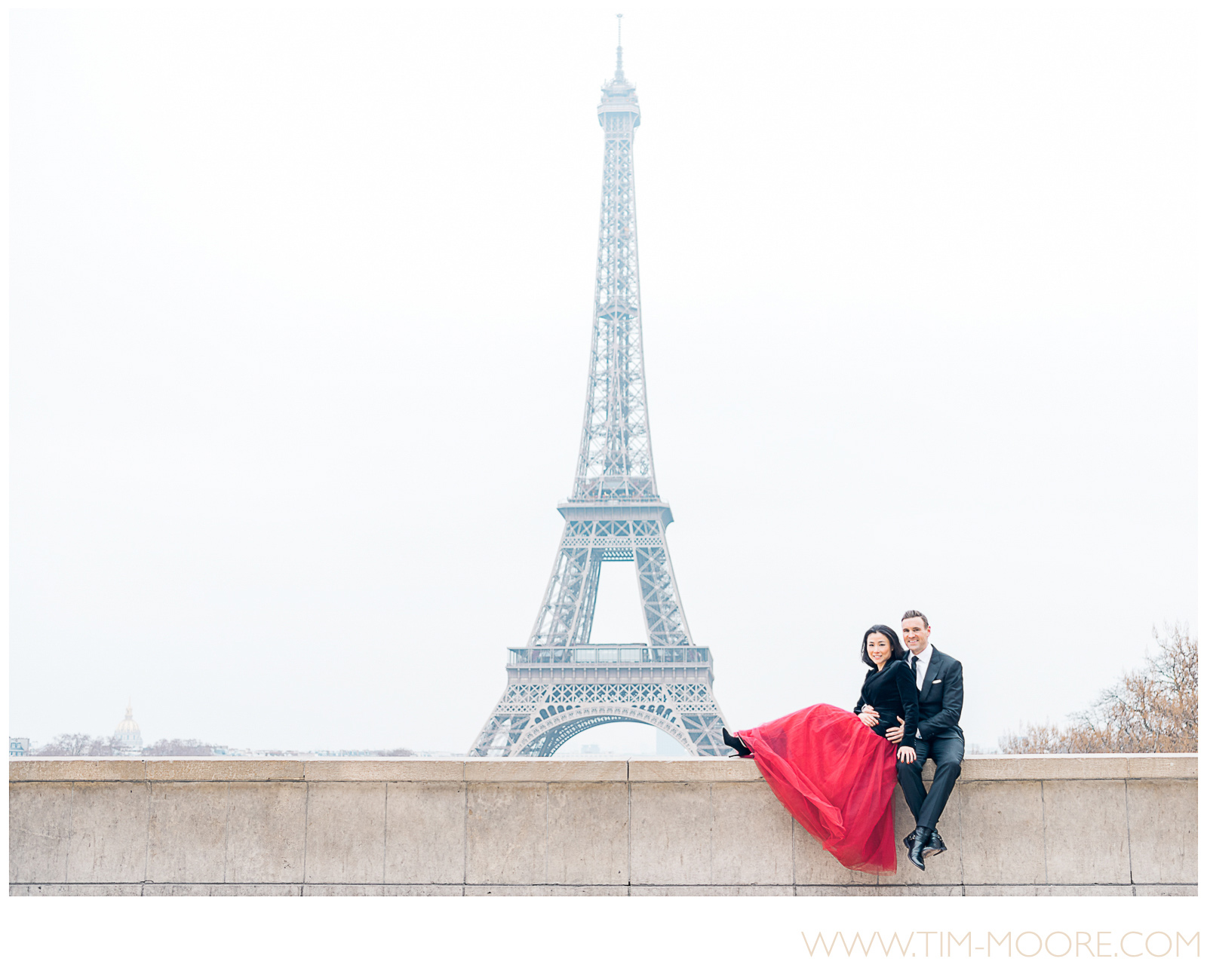 Paris photographer Tim Moore - Jennifer and Scott having some quality time together enjoying the fantastic view on the Eiffel Tower during their Paris photo shoot.