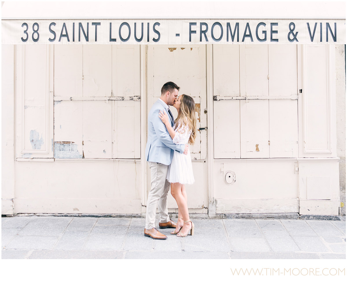Paris Photographer - Closing our gallery with this romantic and authentic parisian engagement picture