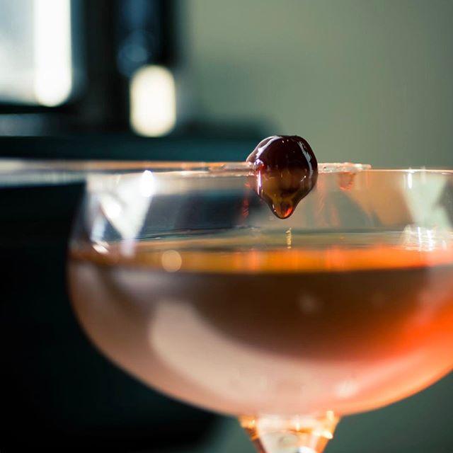 Happy Hour drops 3-6pm 👌 . . #happyhour #cocktailhour #mondaymotivation #igcocktail #instadrink #drinks #drinkswithfriends #drinkstagram #drinks🍹 #cocktails #cocktail #cocktailtime #craft #crafted #craftedcocktails #gin #beefeater #maraschino #dtsa #santaana #eatchow #oc #orangecounty