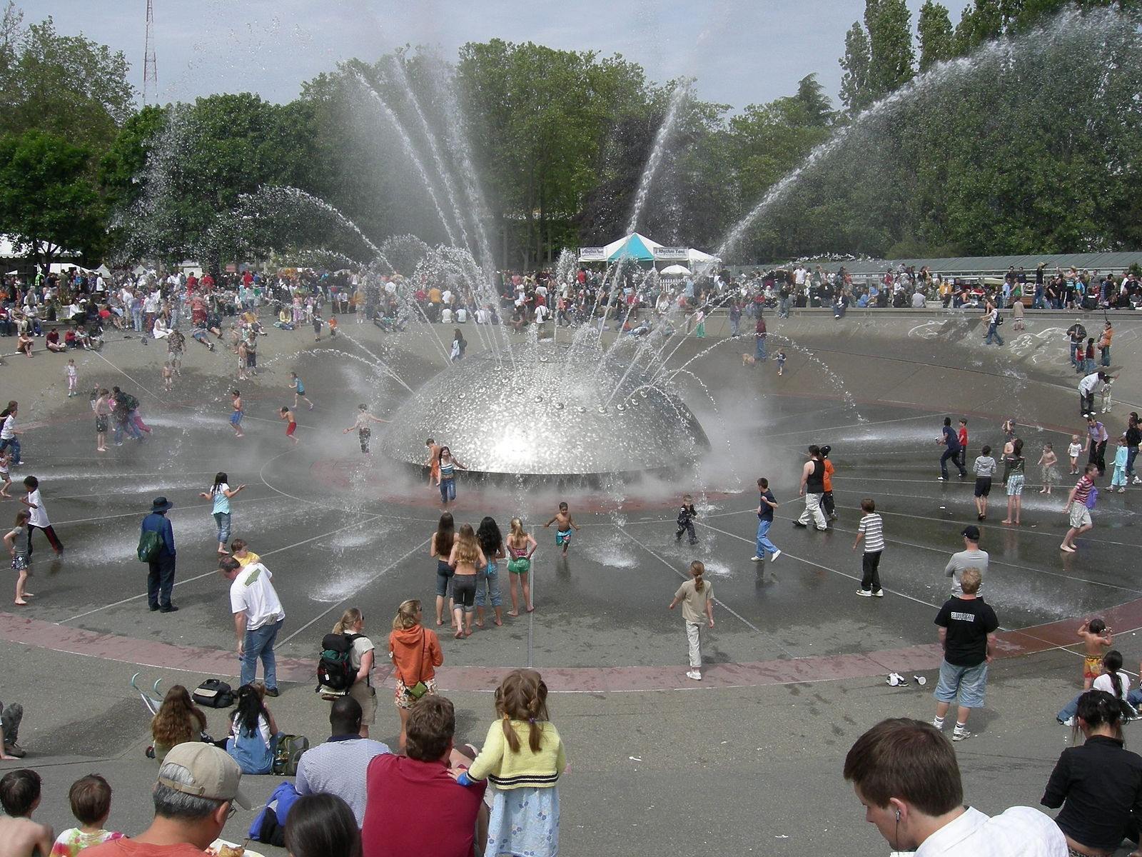 The International Fountain at Seattle Center. Image by Joe Mabel,used in terms of a  Creative Commons  Attribution-Share Alike 4.0 International license.