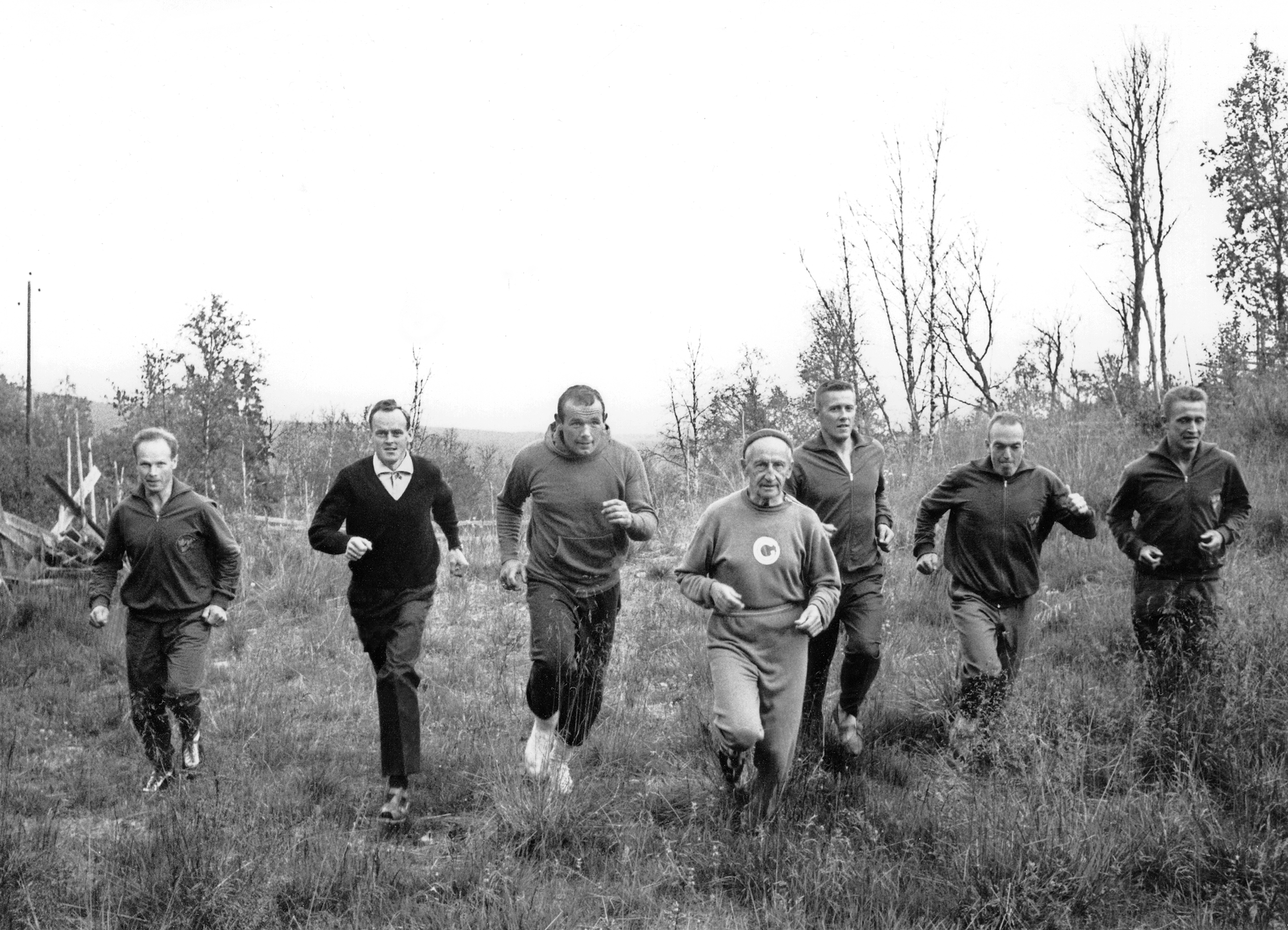 Fartlek training in Vålådalen with Gösta Olander (middle) and several of the largest Swedish male sports stars of the time. August 1962. Photo: Halling's photo / Jamtli's photo collections