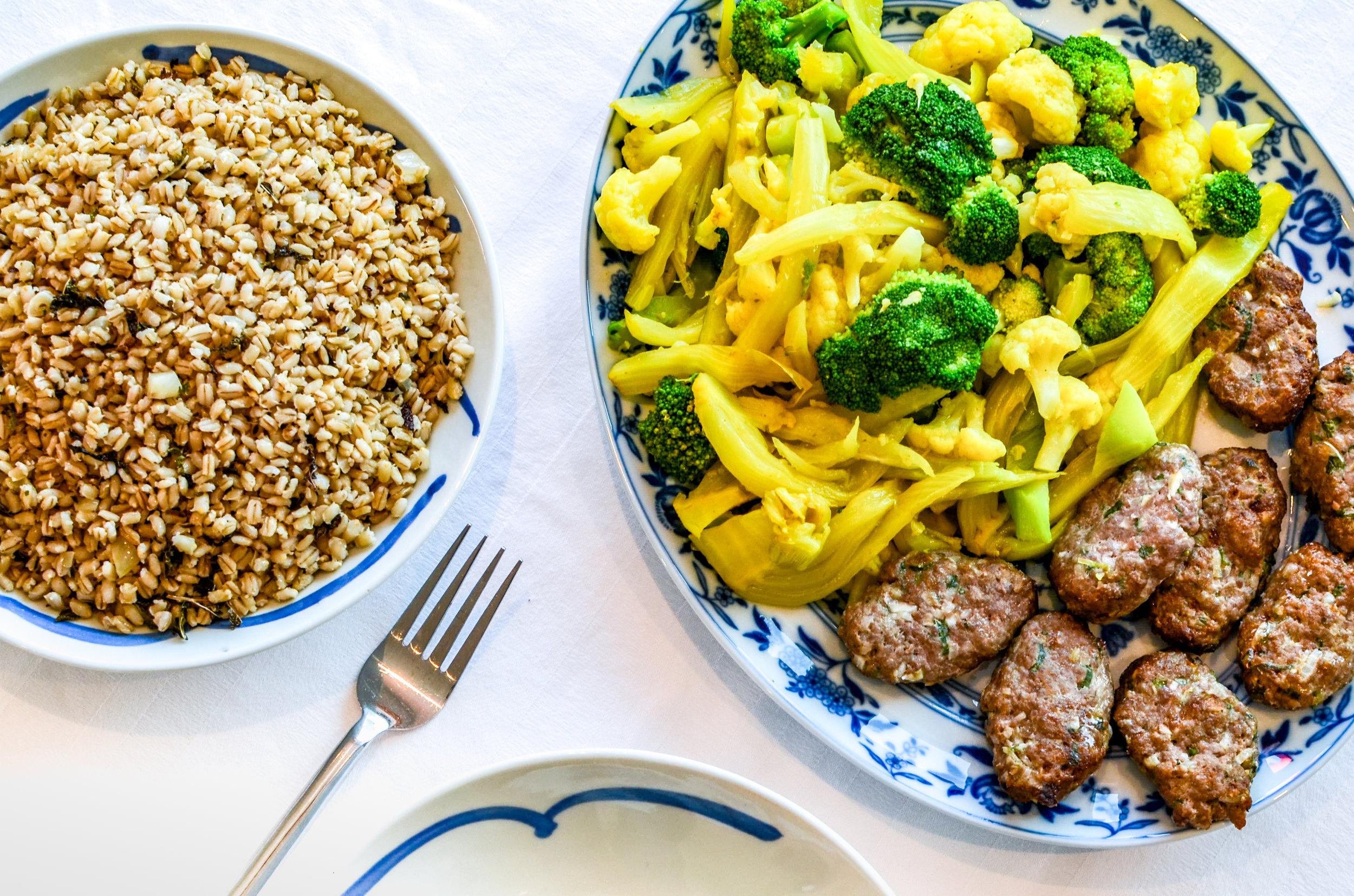 Meal 1 by Chef Eric: Kebab, légumes de saisons (Viande haché bœuf/porc, Orge, Choux Fleur, Brocolis, Fenouil, Graine de Cumin, Curcumin coriandre, Coriandre frais, Jeunes oignons)