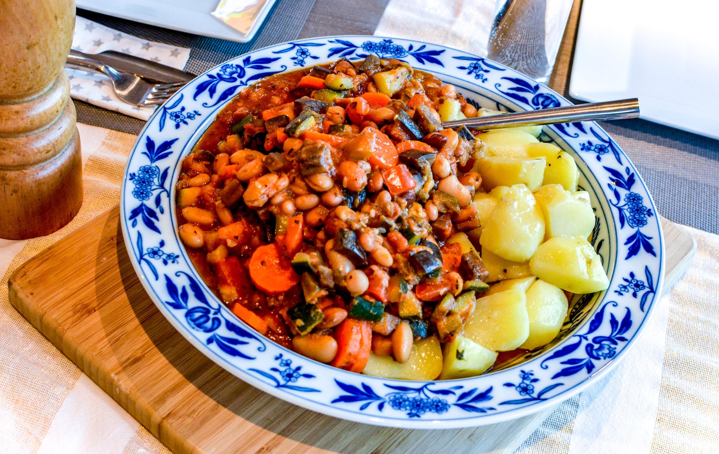 Meal 2 by Chef Guillian: Ratatouille (Aubergines, Tomates, Carottes, Courgette, Tomates pelées, Echalotes, Thym, Laurier, Herbes de Provences, mélange de légumineuses)