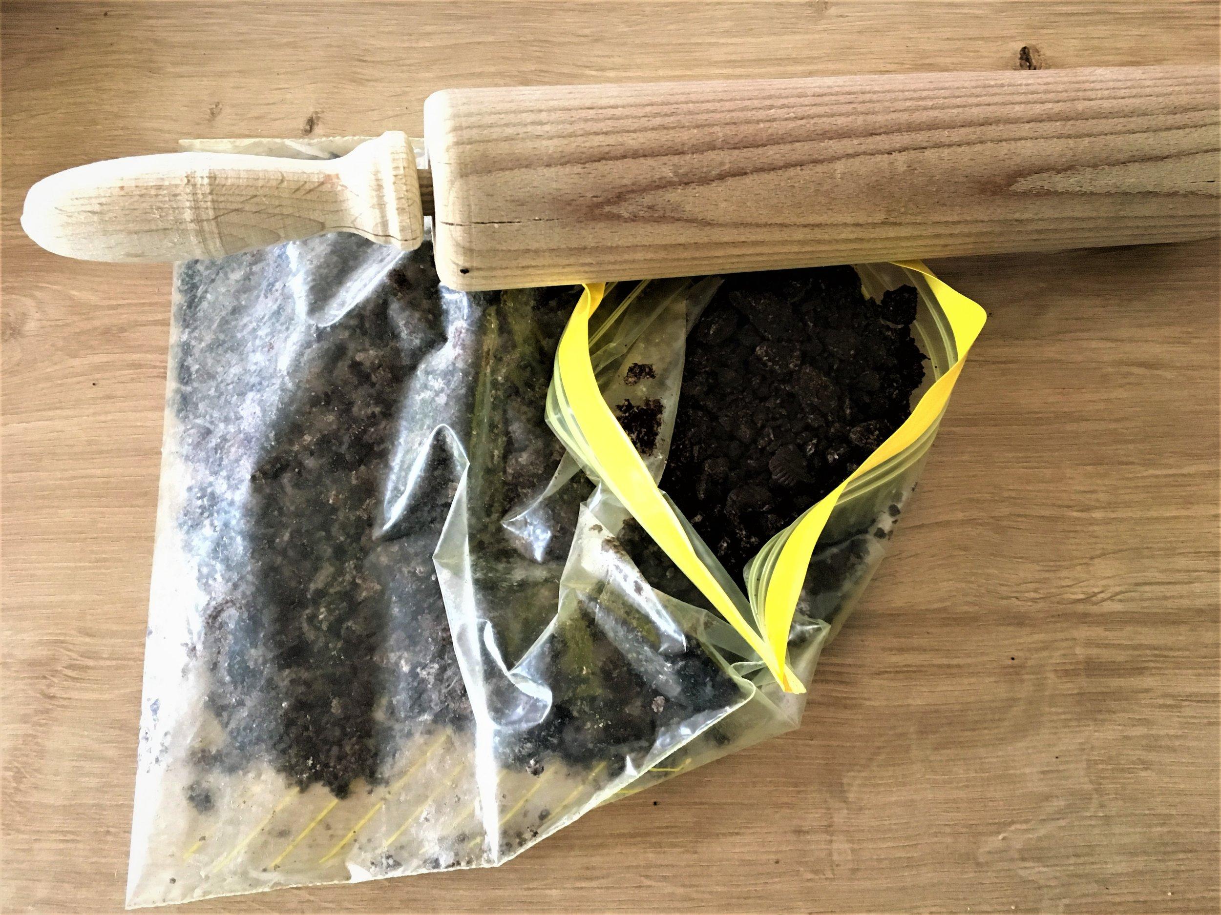 1. Réduire les Oreo en poudre et mélanger avec le beurre.