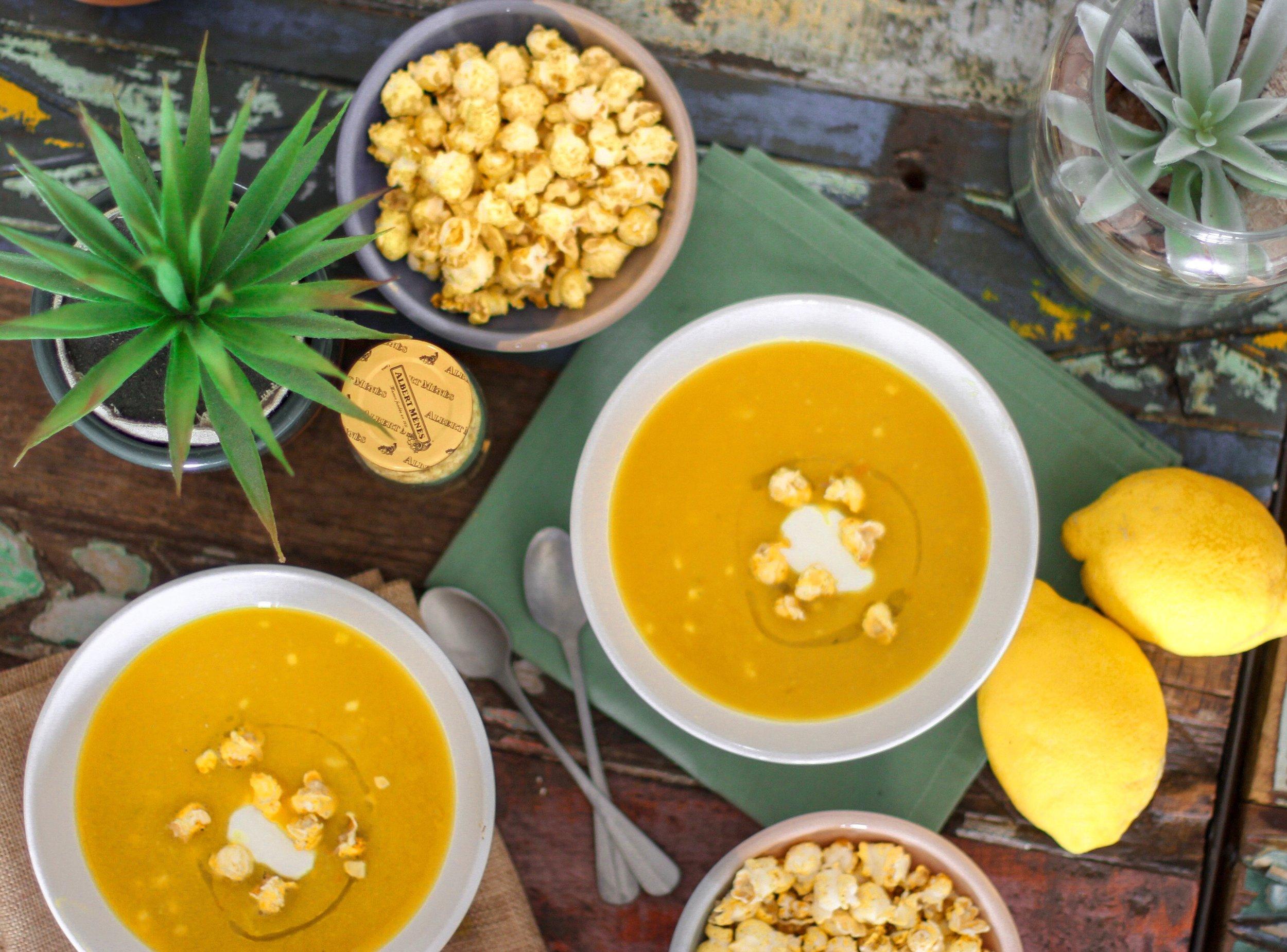 7. Servir avec des popcorn, du persil frais et des zestes de citron.