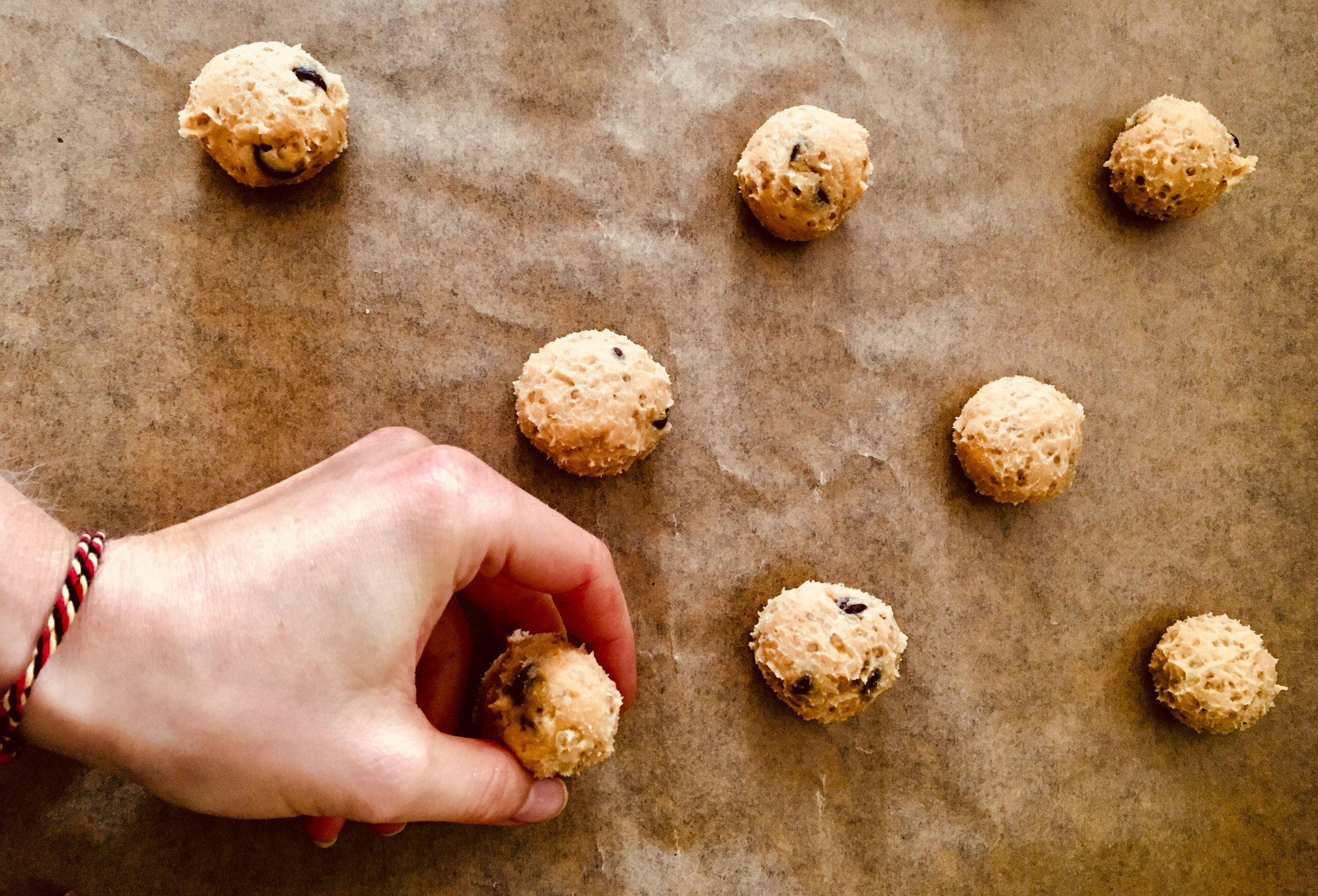 6. Mettre au frigo pendant 30 minutes.  7. Réaliser des boules de pates et les disposer sur une plaque de cuisson munie d'une feuille de cuisson.  8. Enfourner pendant 15 minutes.