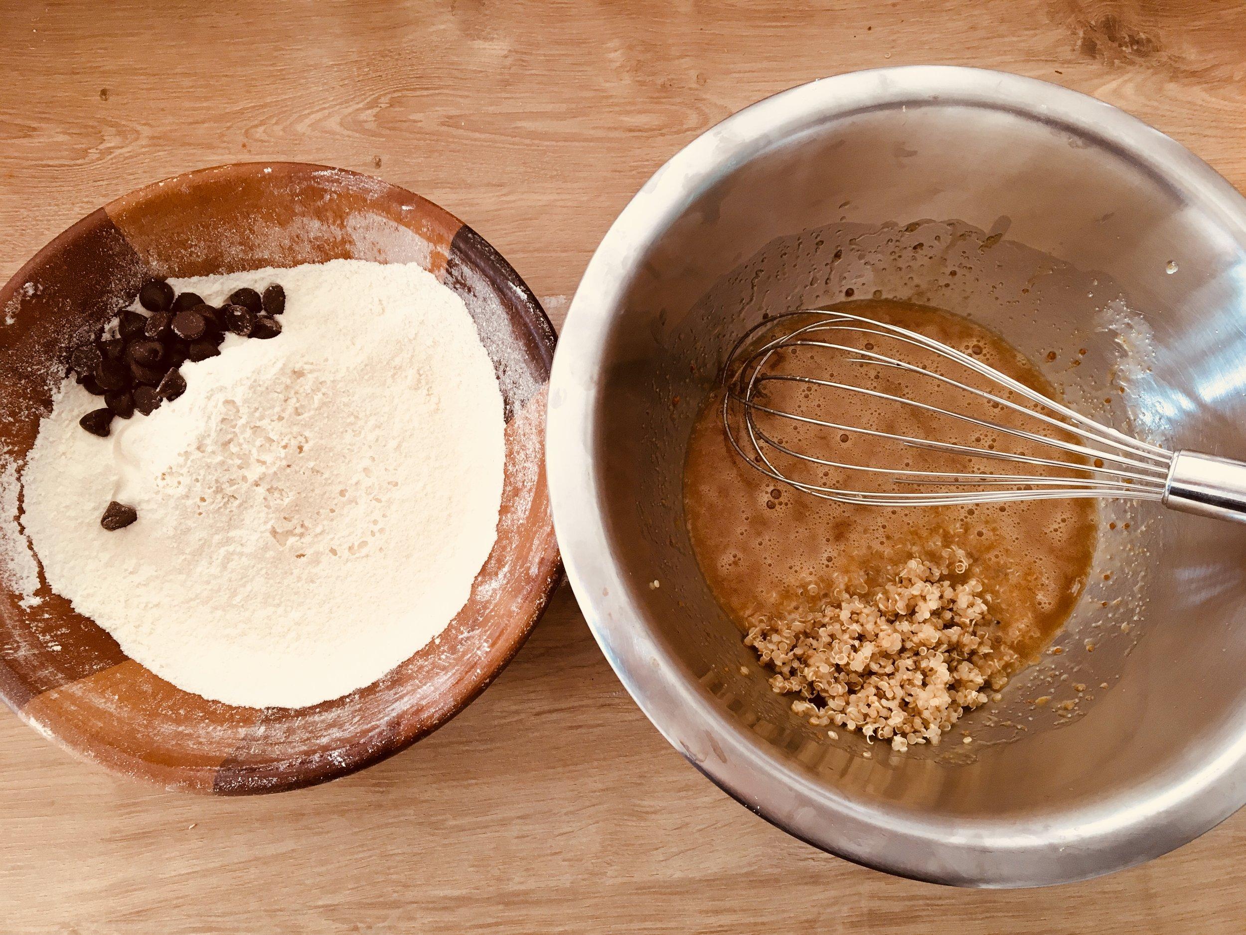 1. Préchauffez le four à 160°C chaleur tournante.  2. Mélanger le beurre fondu (mais tiède) et les sucres.  3. Ajouter le jaune d'œuf, le quinoa et le sel. Mélanger.  4. Ajouter la farine tamisée. Mélanger  5. Hacher le chocolat et incorporer.
