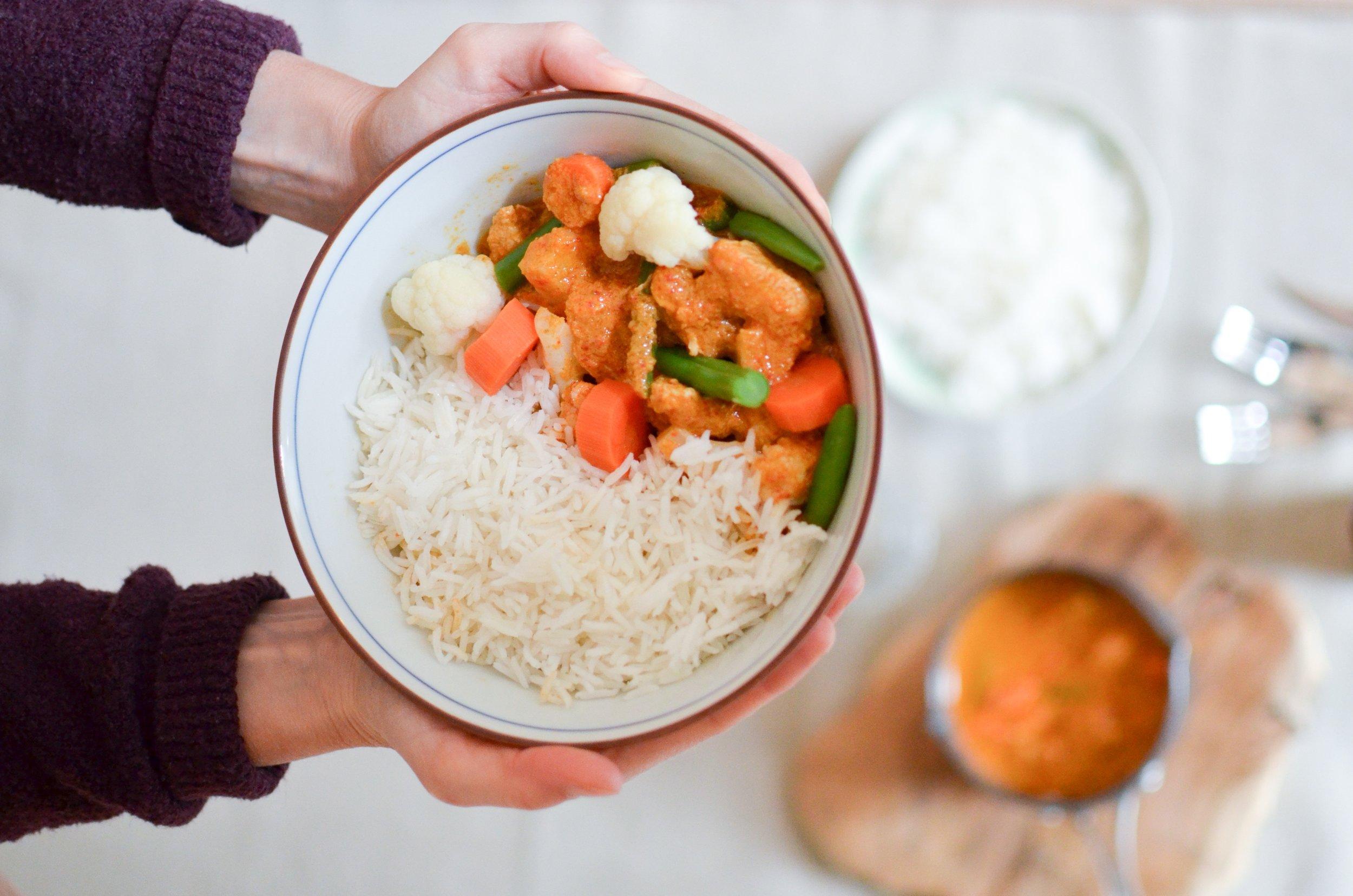 Ingrédients :  Curry (poulet, carottes, chou-fleur, haricot vert, poivron rouge, crème de coco, lait de coco, échalote, ail, citronnelle, curcuma, cumin, paprika, feuille de lime, agave,  sauce poisson , huile de tournesol, galangal, coriandre, piment rouge, sel) ; riz Basmati (riz,  bouillon de légumes ).