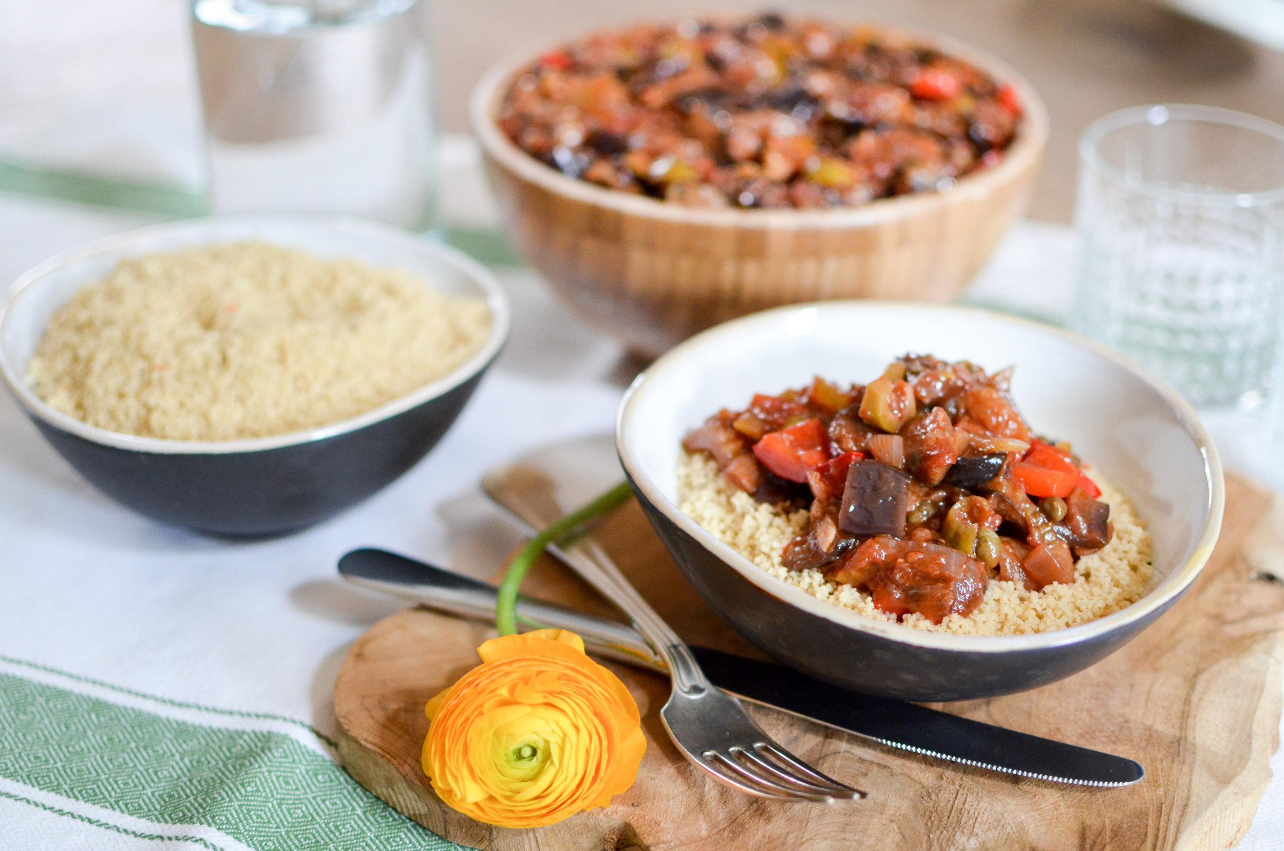 Ingrédients :  Caponata (aubergine,  céleri , paprika, tomate, olives vertes, raisins secs, câpres, agave, oignon, ail, harissa, huile d'olive, sel) ; Couscous ( couscous, bouillon de légumes ).