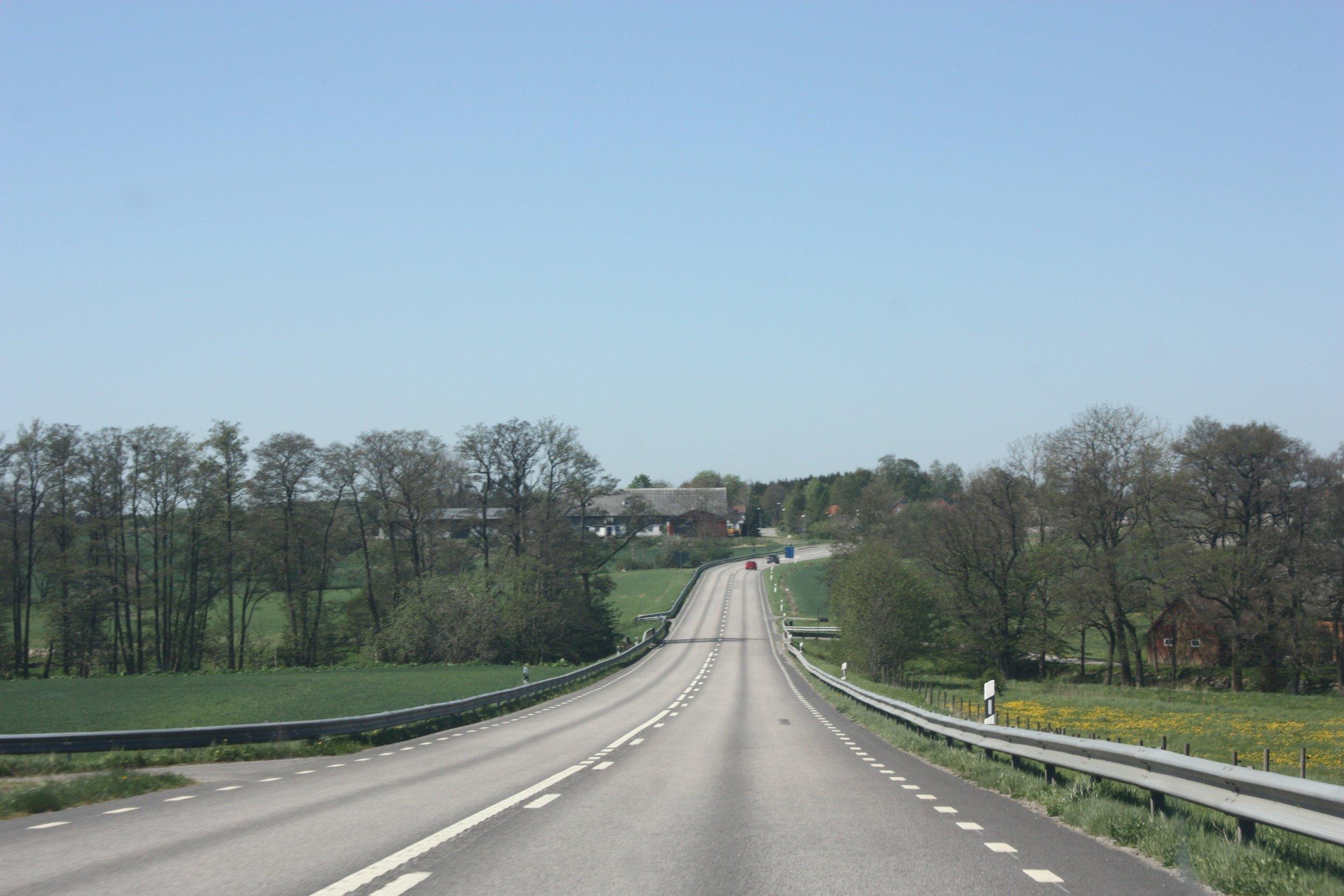 Vy västerut från Tomelilla mot Ramsåsa längs väg 11