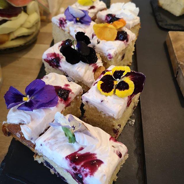 Blueberry and vanilla cake #cake #blueberry #vanilla #edibleflowers