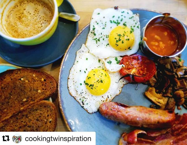 #Repost @cookingtwinspiration with @get_repost ・・・ Full English Breakfast @boydens_kitchen to start off a full day in London 😋🍳🍞🍅🥓☕ #foodiedestination #englishbreakfast #twinfoodies
