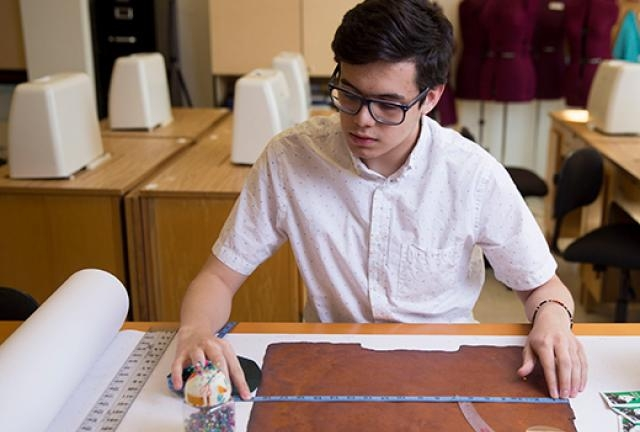 Inspired by his professor this young student is experimenting with kombucha grown fabrics!