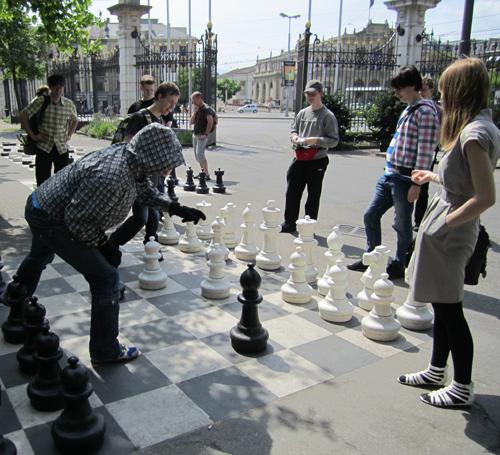 Matematiikkalinjalla on ehtinyt opiskella vuosien saatossa myös    shakin harrastajia   . Tässä pelataan opintomatkalla Genevessä.
