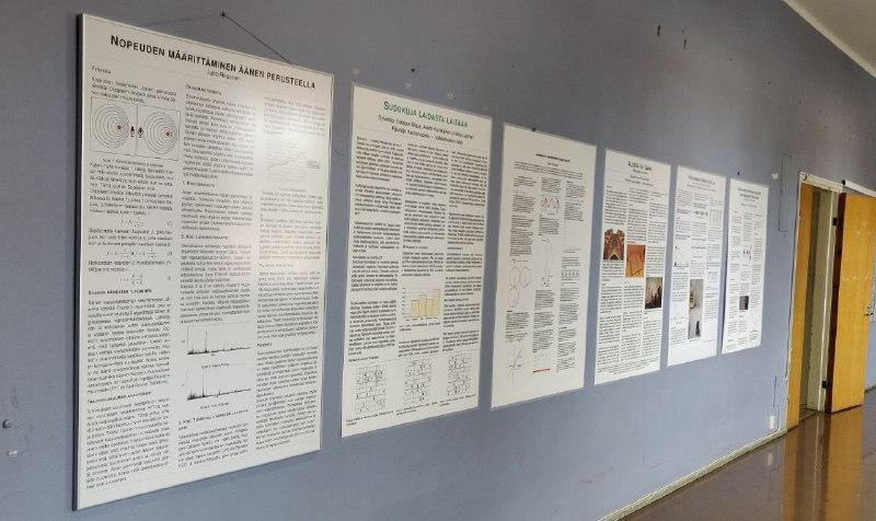 Kuvassa aiempien Päivölästä loppukilpailuun päässeiden tutkielmien julisteita. Loppukilpailua varten tehdään juliste, jolla kilpailutöitä esitellään yleisölle ja tuomareille.