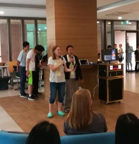 Japanilaisia yhtyi tulkintaamme Muumi-tunnarista karaokessa