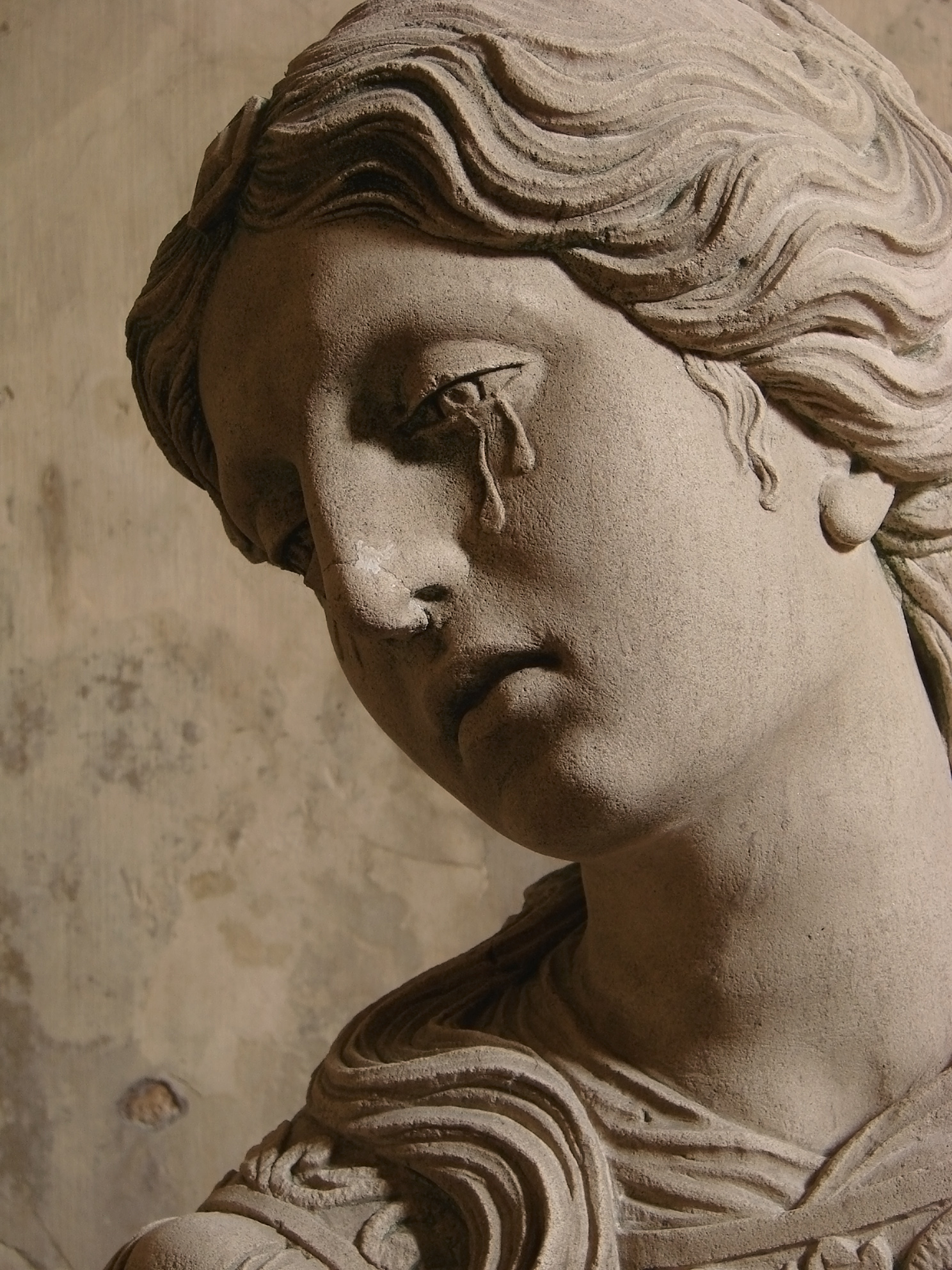 crying-statue-Sépulcre_Arc-en-Barrois_111008_11.jpg