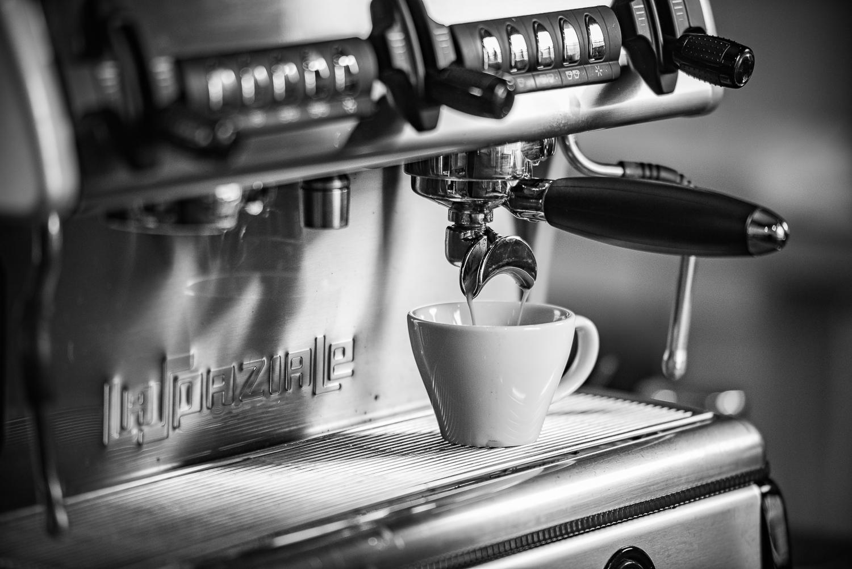 _DSC7471-coffee_pour_bw.JPG