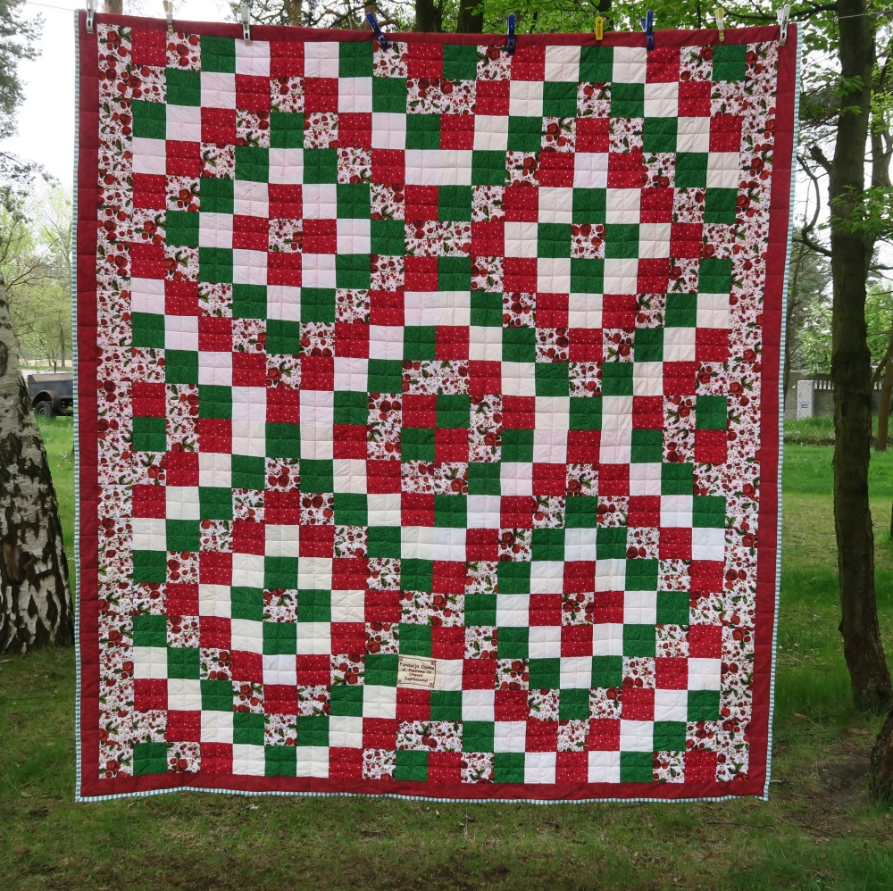 59 A friend from AZ, USA made the top. I added only the outer border.
