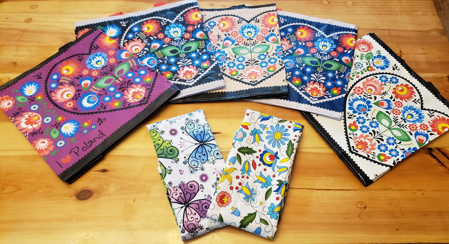 The colors of the bags are from left - plum, black, tan, navy, white - and there are two fabrics - a butterfly or a Polish folk design. If you win, you need to choose 1 color of bag and your choice of 1 yard of Polish fabric.