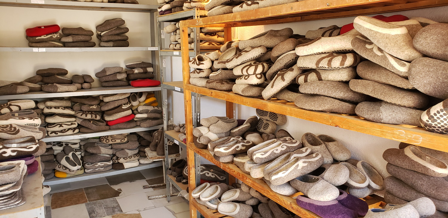 Sorted by size. We got 2 pairs of size 39, one 37 and 3 size 42. These are European sizes. Each shelf you see has the same size slipper on it.