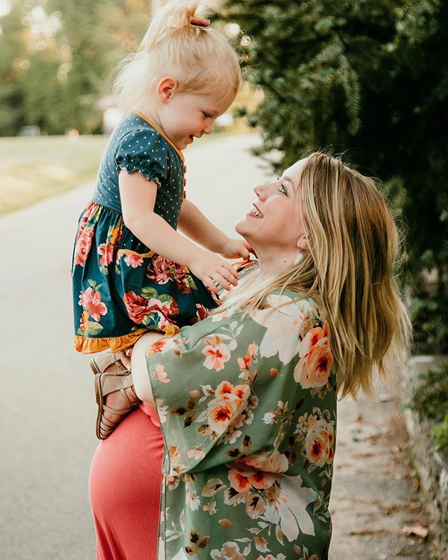 I can't get over how much sweet little Scarlett loves her momma! . . . . . . . #knoxvillephotographer #knoxvillematernityphotos #knoxvillephotography #knoxvilletn #maternityphotography #maternityphotos #smal #smalpresets