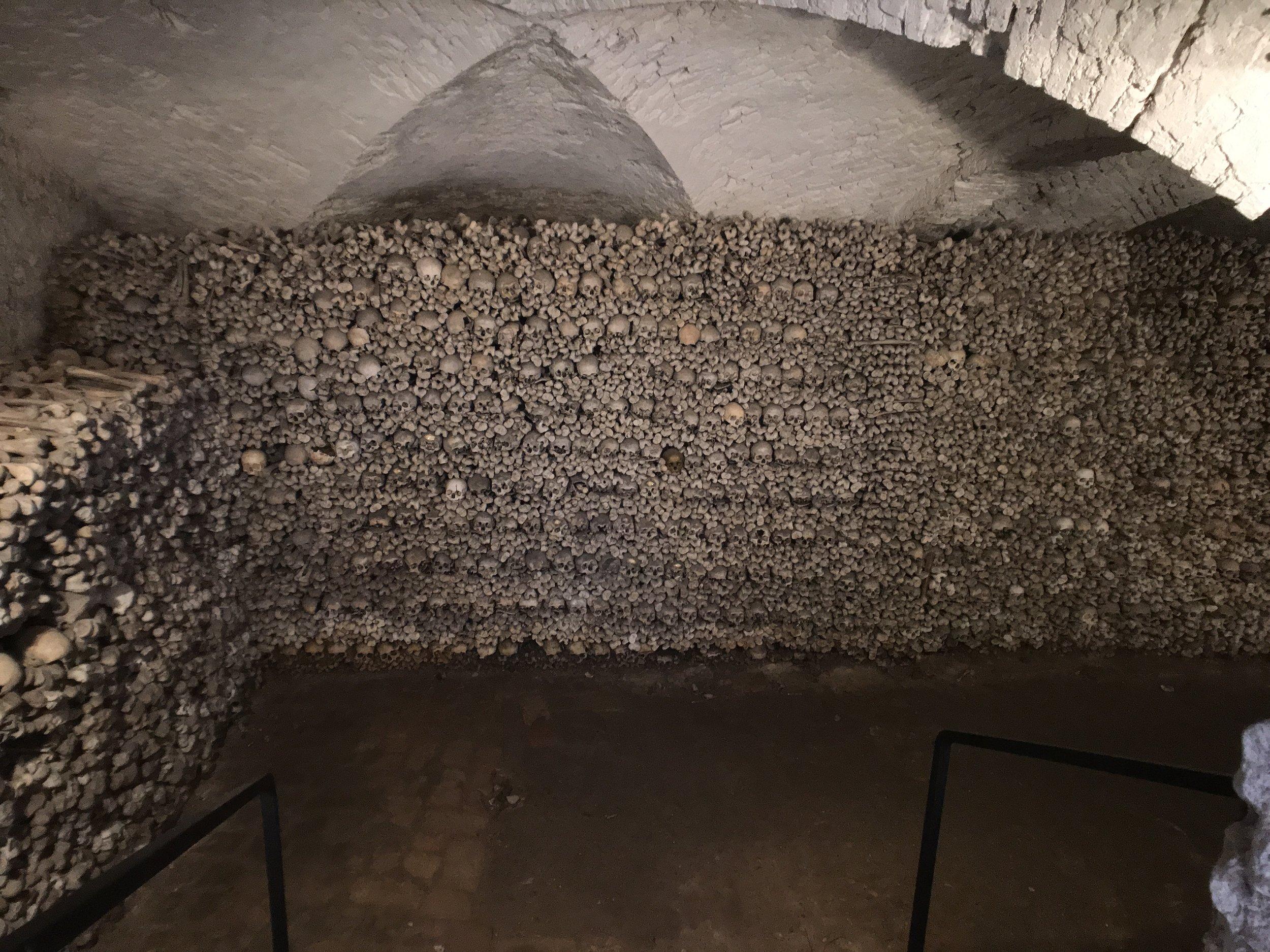 Gebeinekammer mit 20.000 Knochen der Gebeine aus den Jahren 1400 bis 1750.