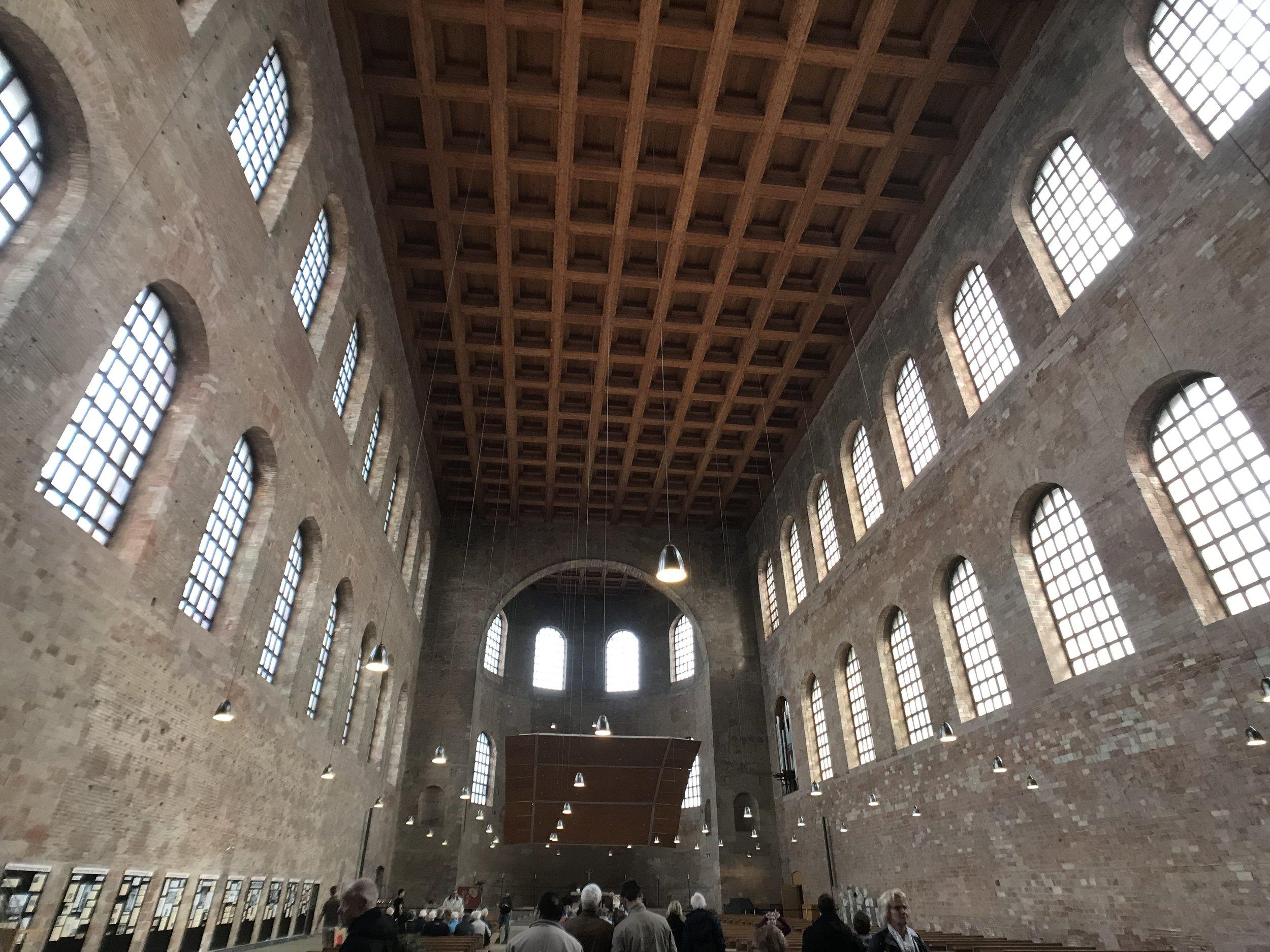 Das Innere der römischen Basilika. Heute ist es eine ev. Kirche.
