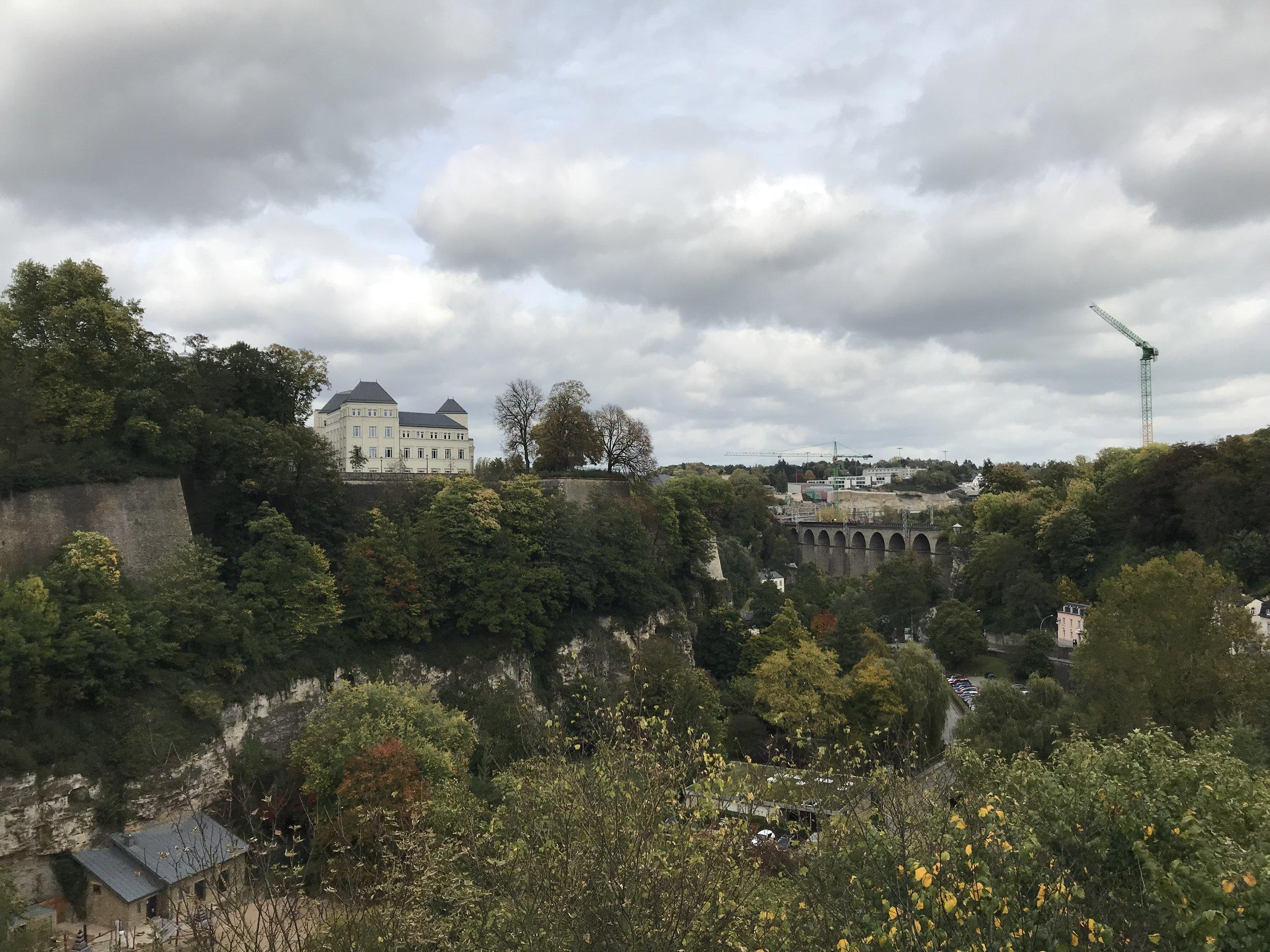 Luxemburg-auf dem Weg über die Schlucht in die Altstadt.