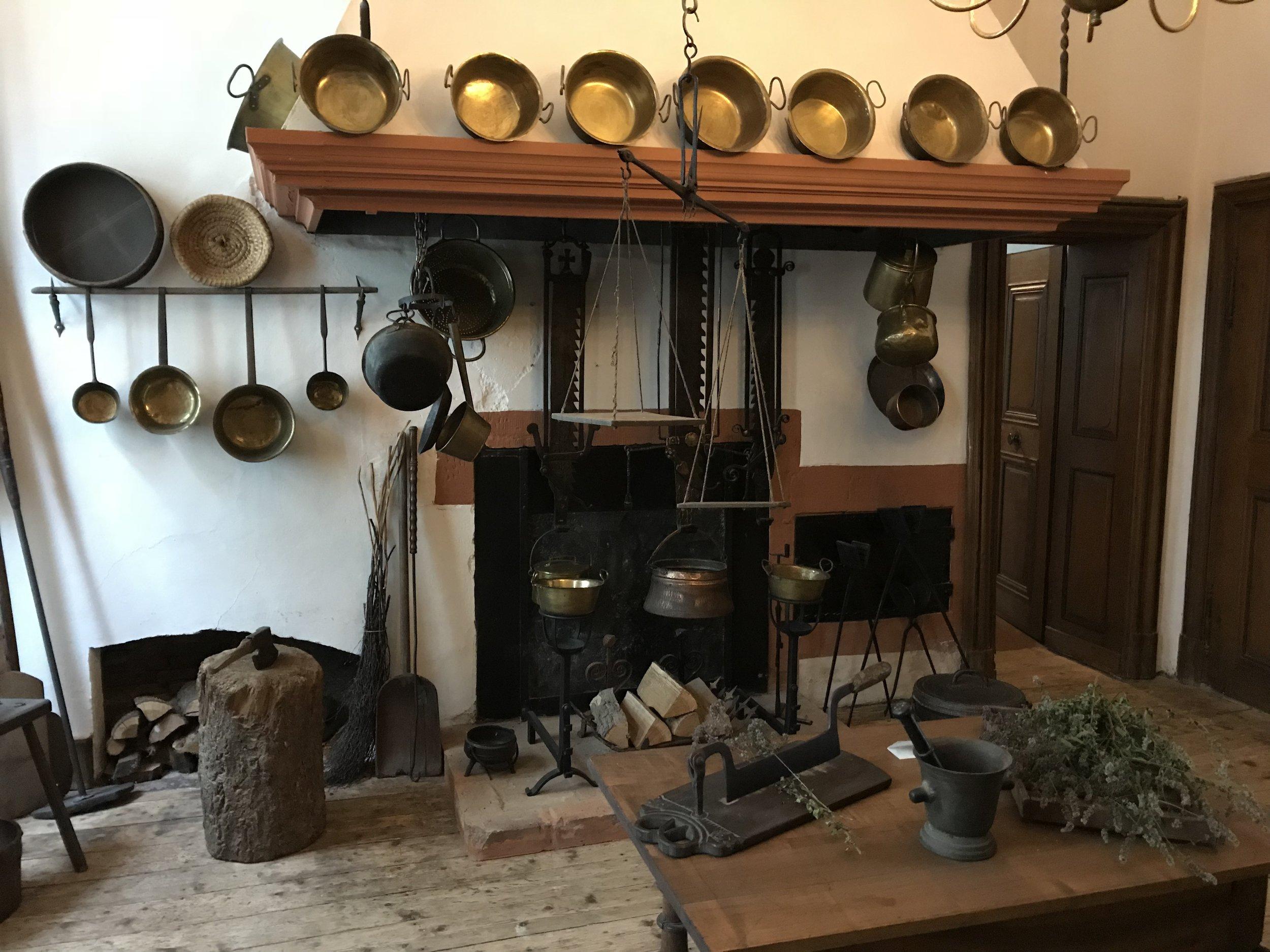 Die Küche mit offenem Herd
