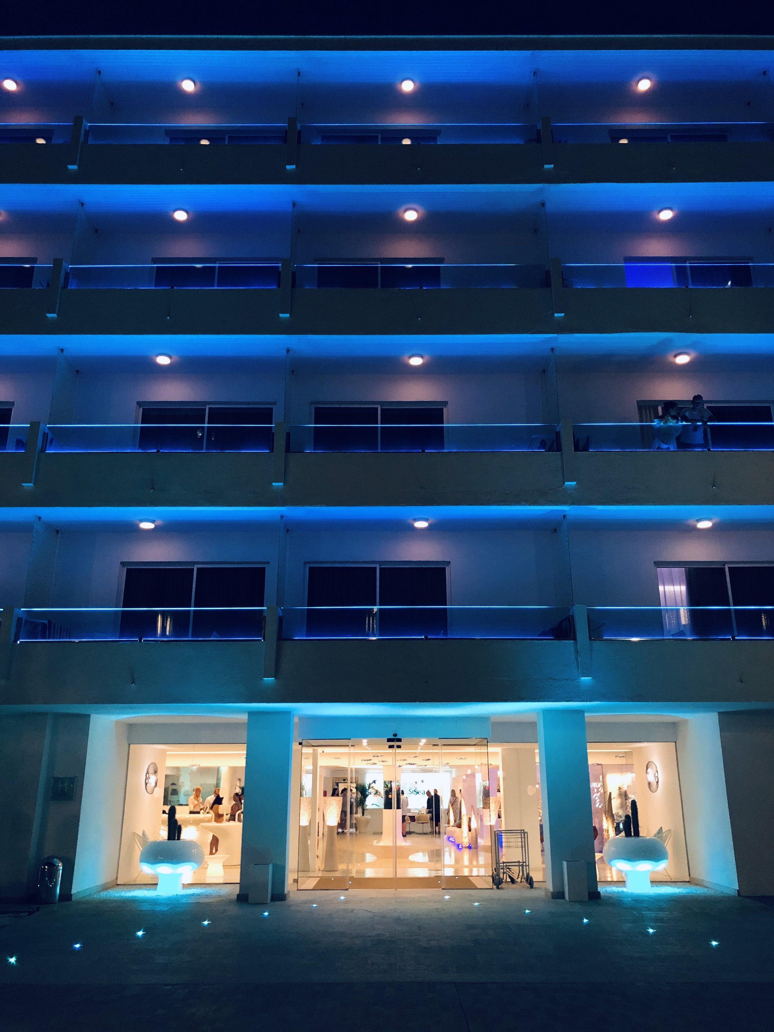 The Sea Hotel bei Nacht