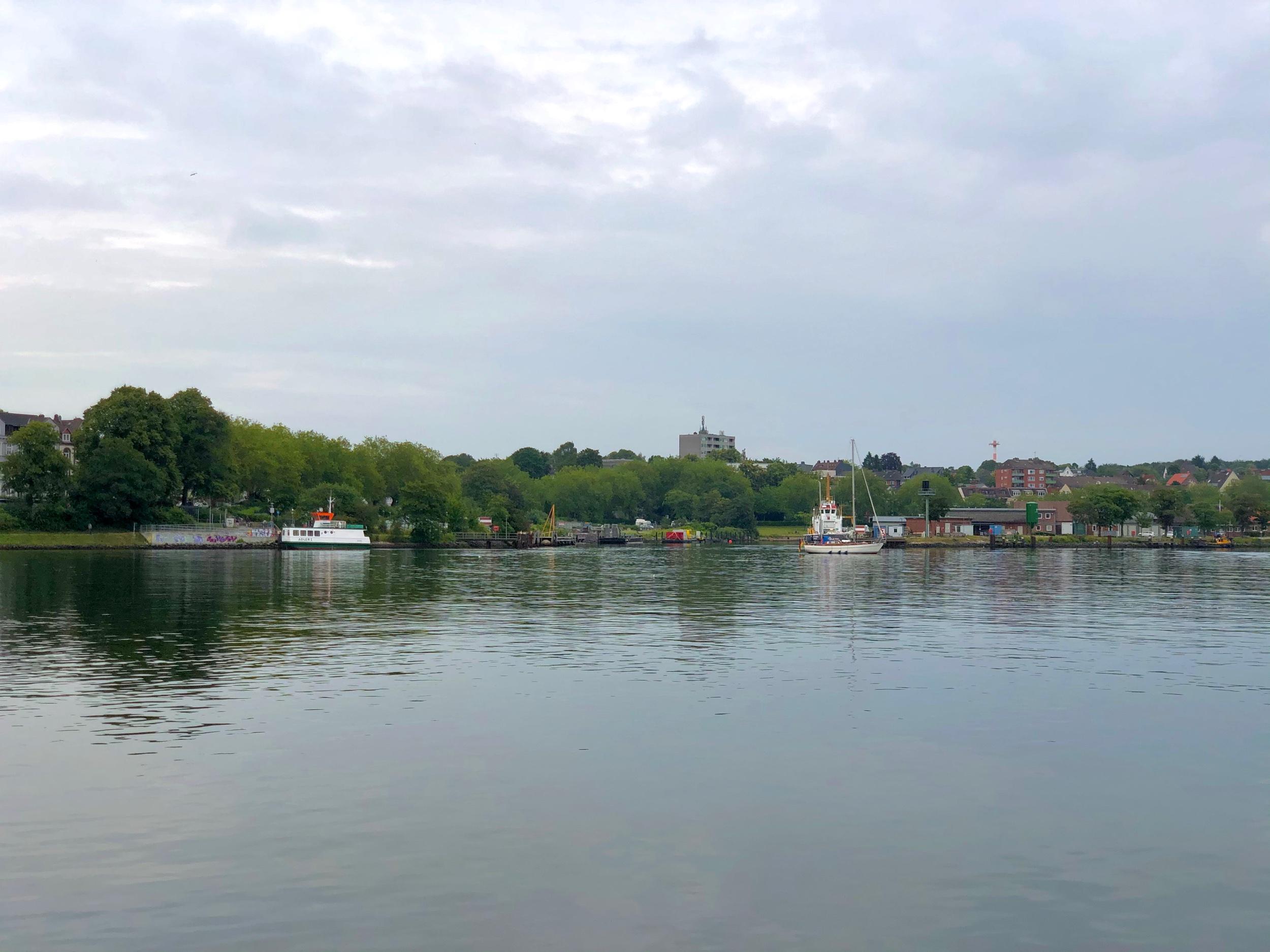 Sicht auf Holtenau bei der Kanalfähre
