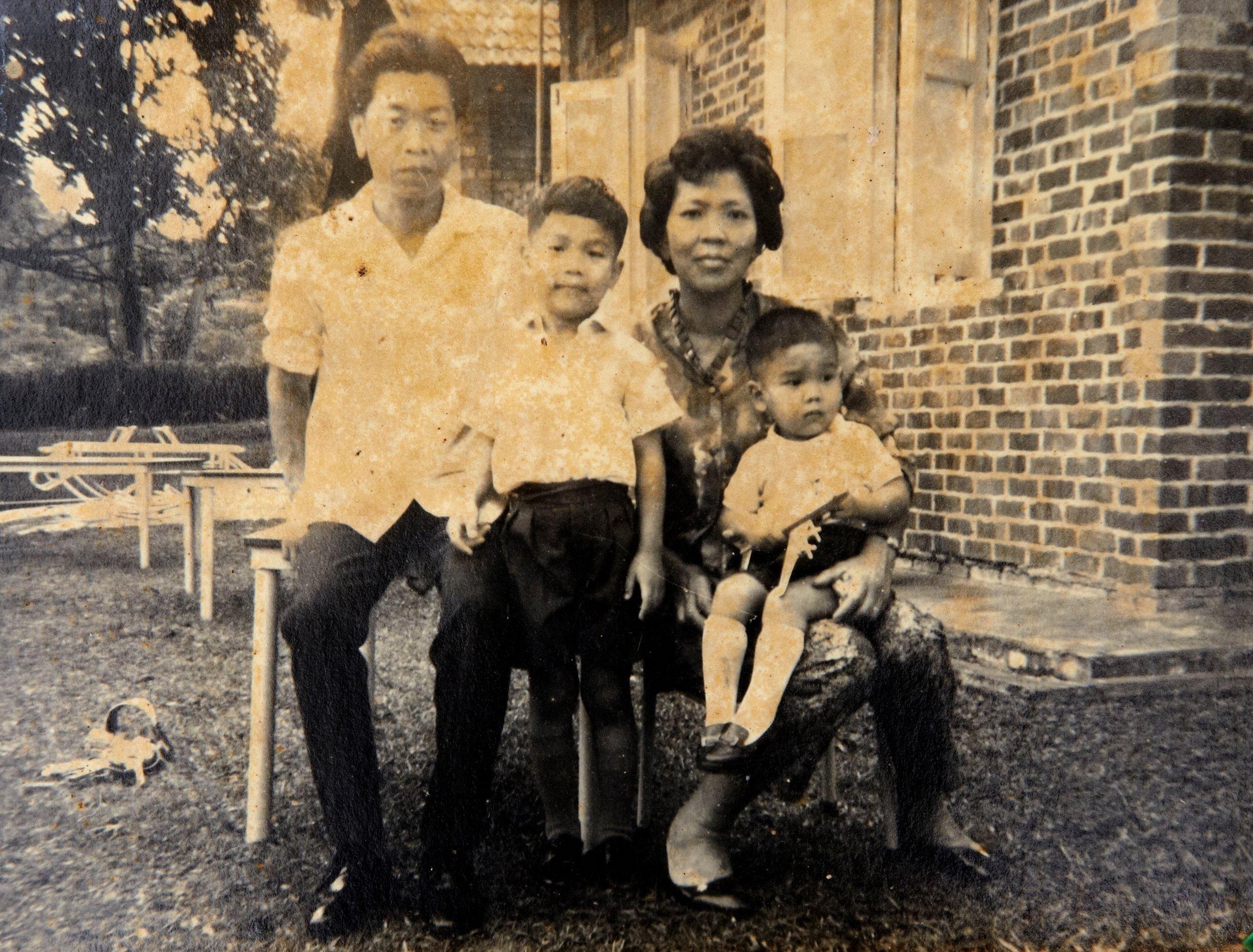 黄健在与妻子陈月娘和孩子们留影。(照片由黄健在提供)