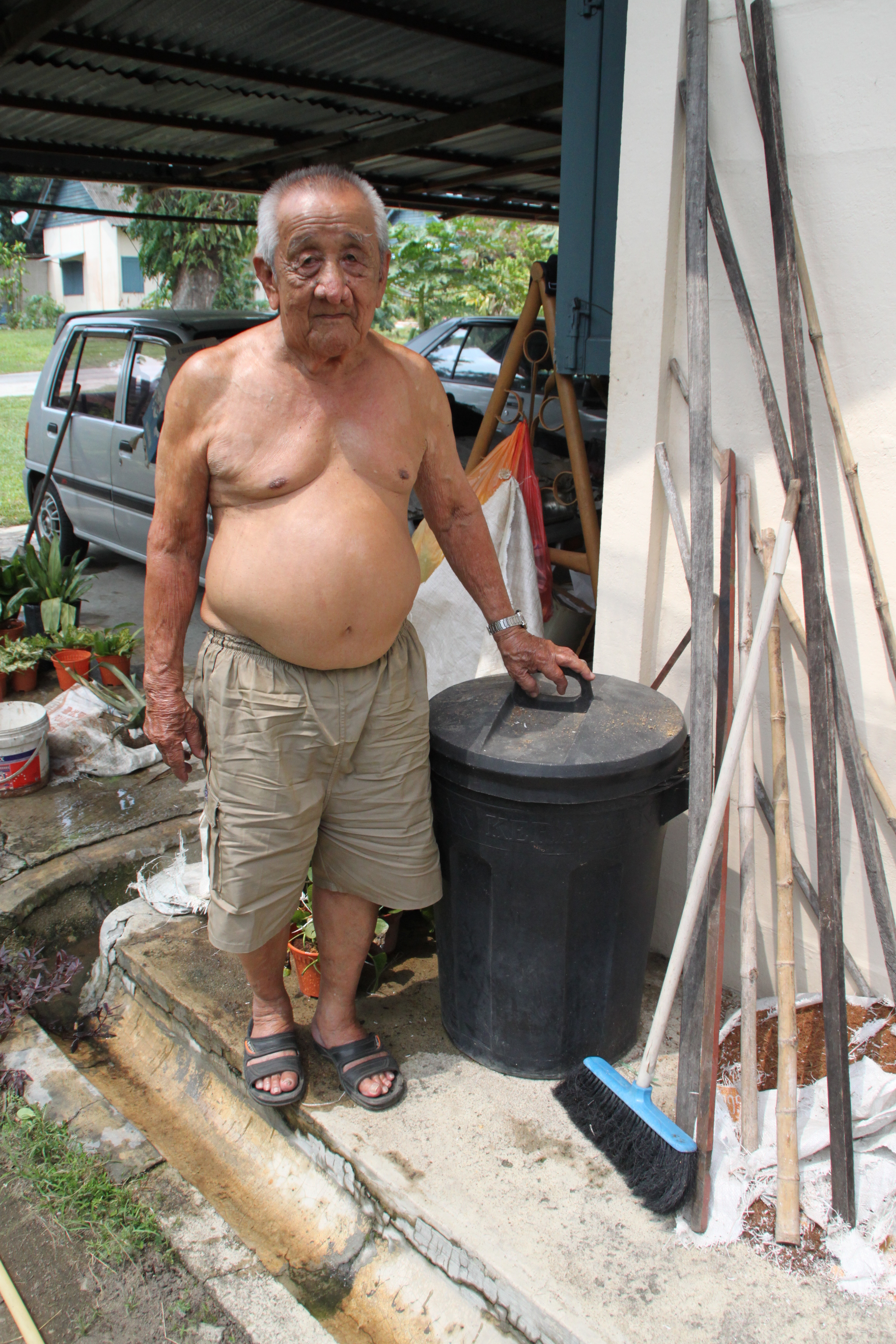 Chiam showing the dustbin that was used for collecting rubbish. (photo by Tan Ean Nee)