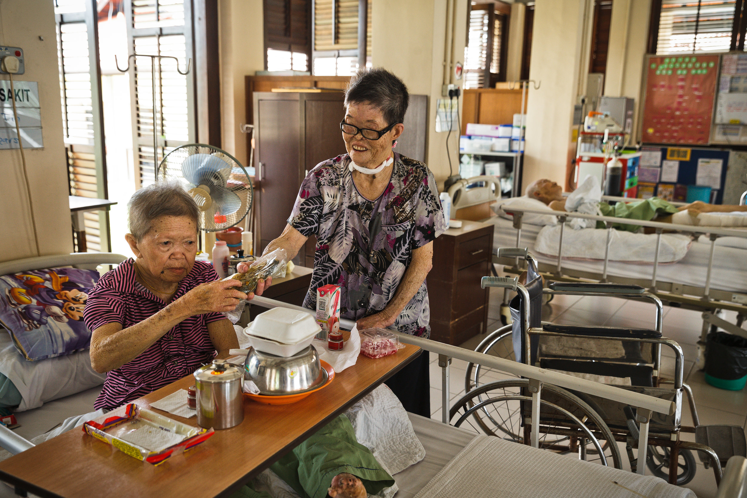 Heng enjoys helping the other patients in the ward. (photo by Mango Loke)