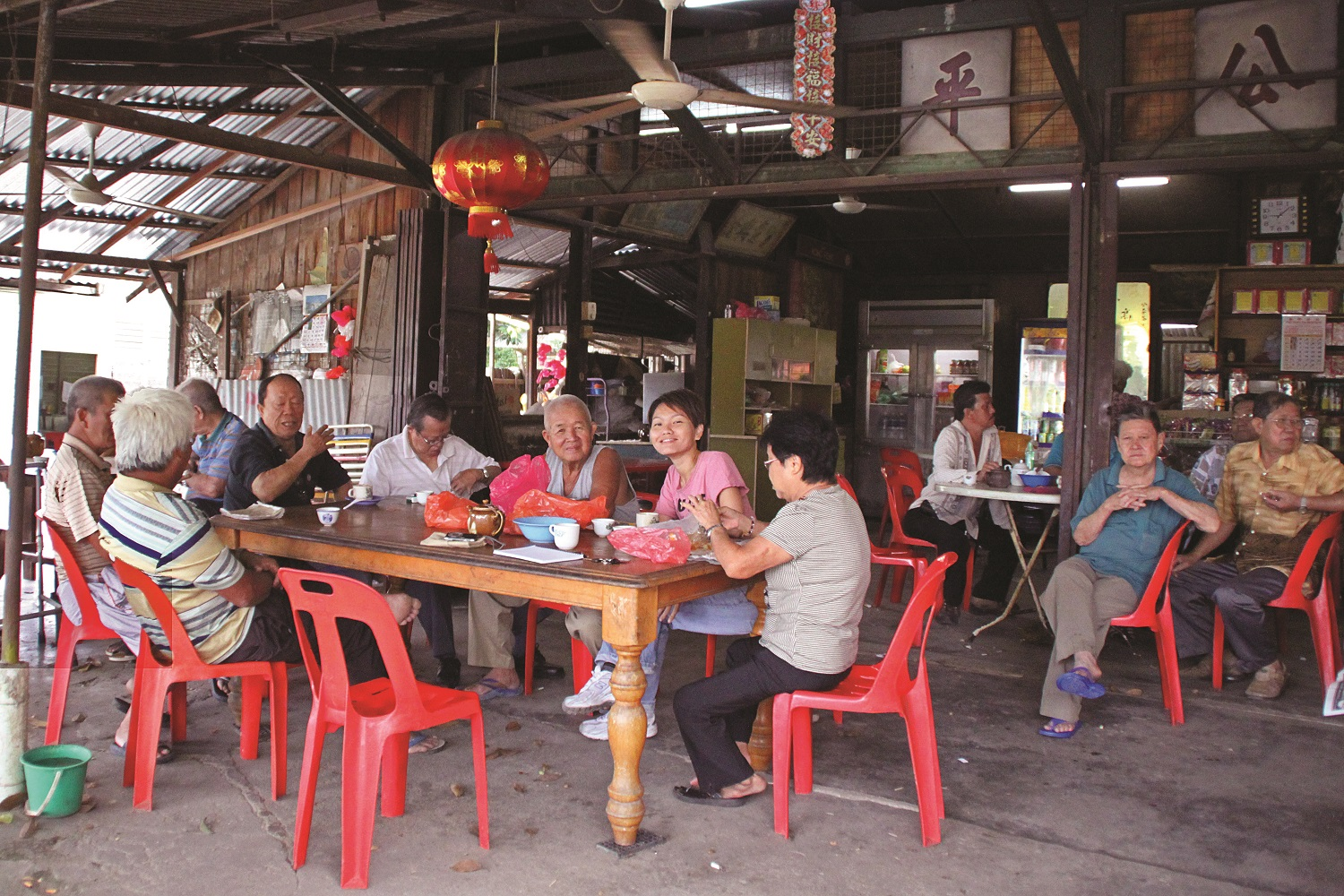 Kong Peng Coffee Shop is a gathering place for the residents to pass their time. (photo by Joshua Wong)