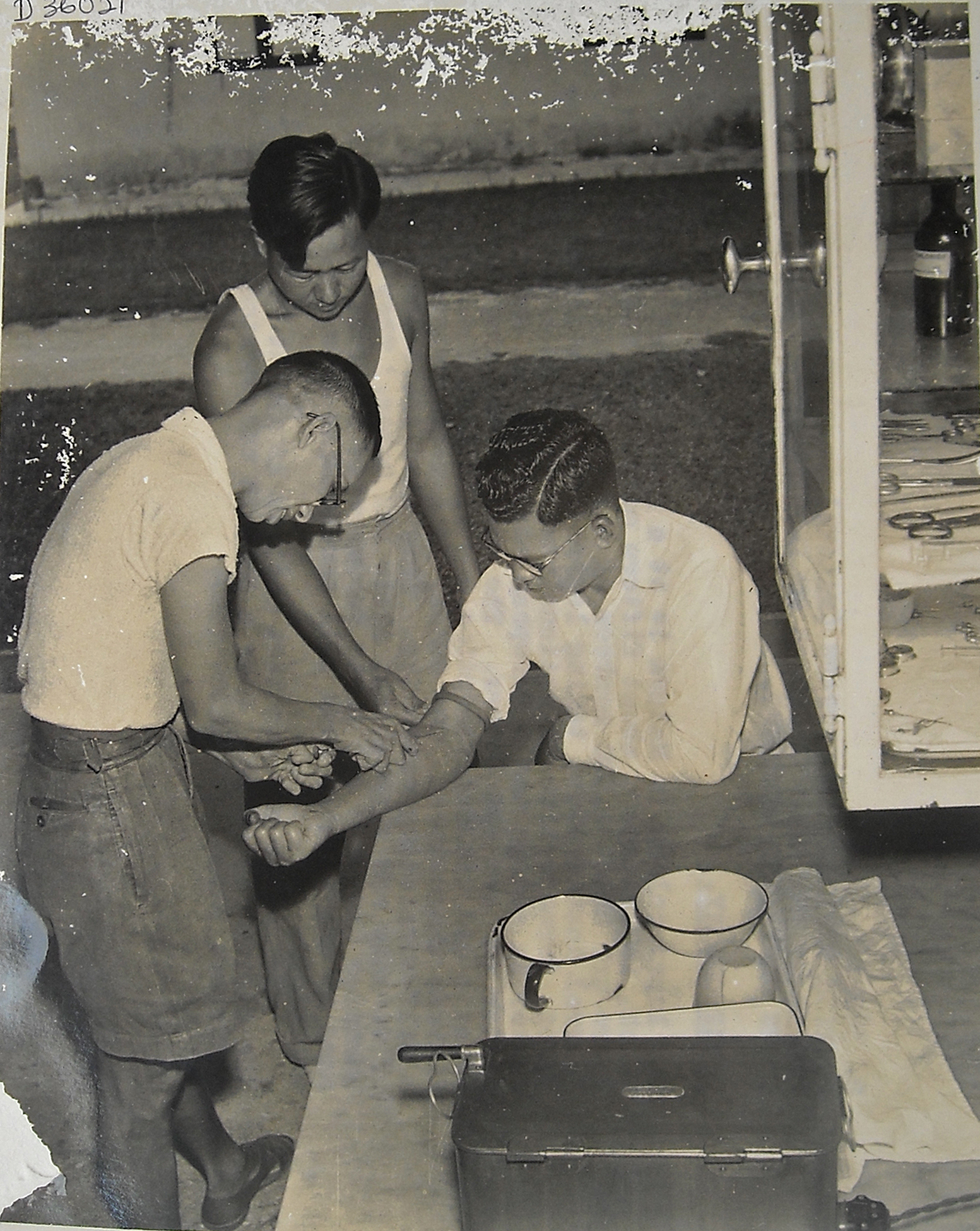 An inmate worker giving an injection to a patient. (photo courtesy of Lai Fook Hin)